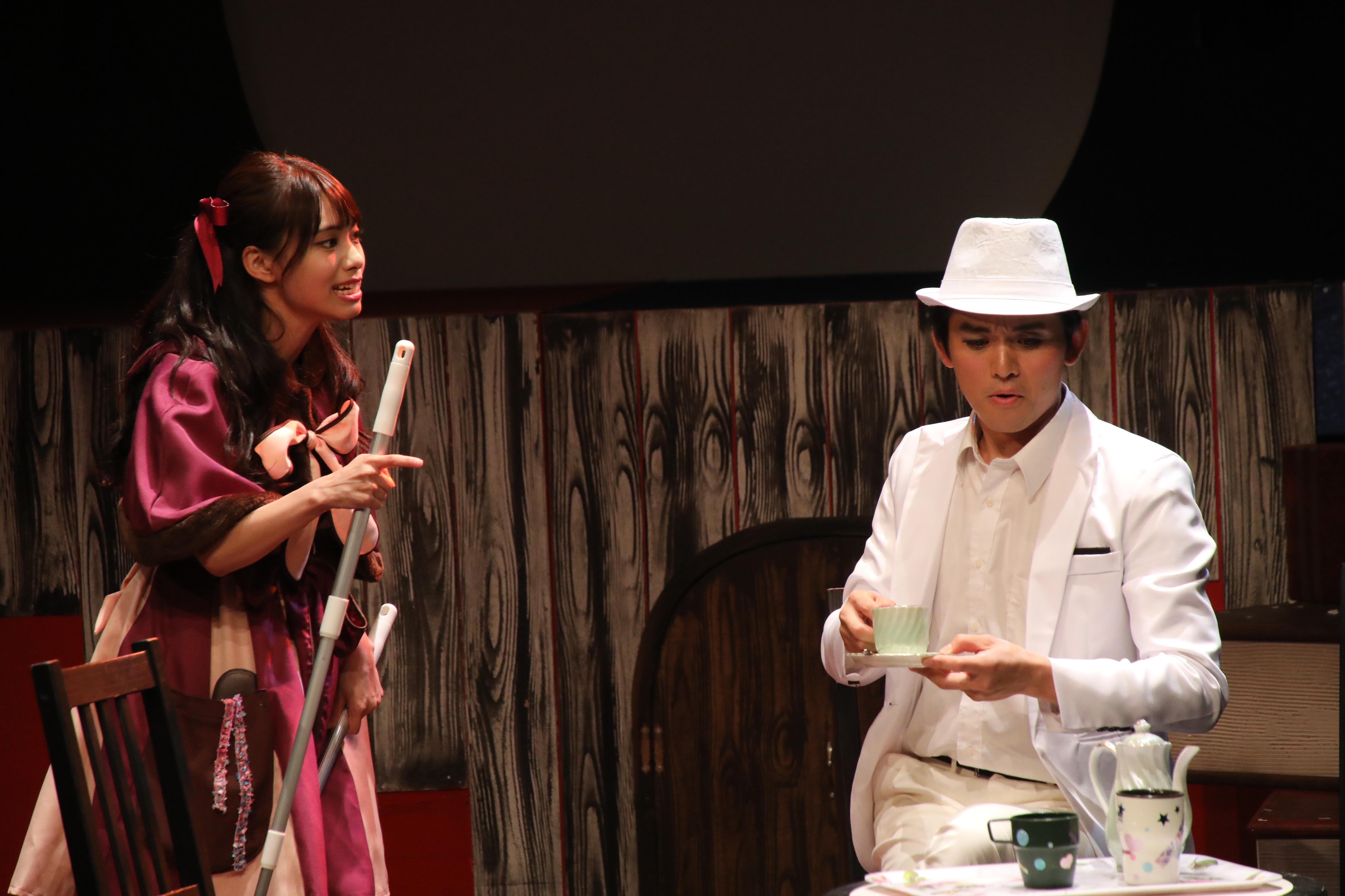 猫田役・岡本尚子(左)