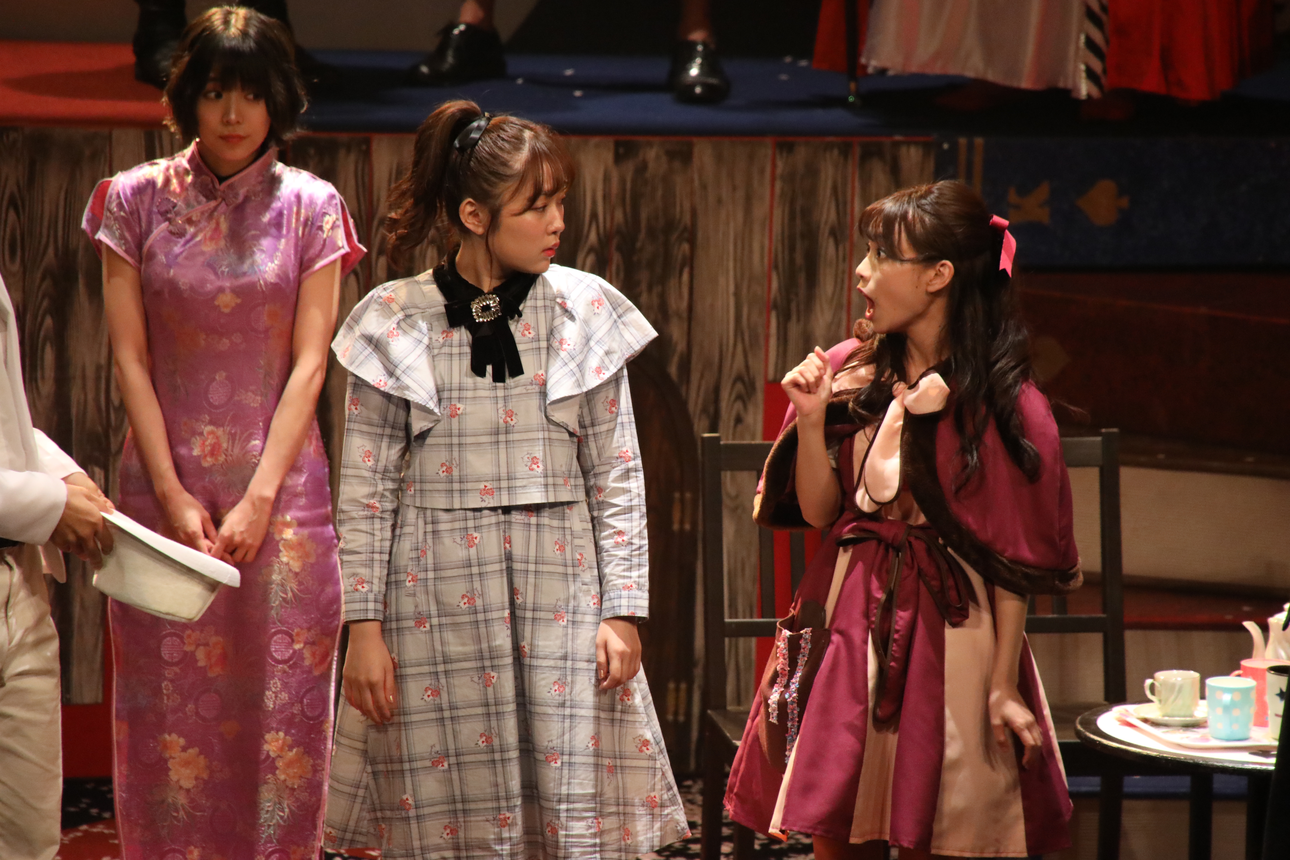 西園寺アリス役の多田愛佳(中央)と猫田役・岡本尚子