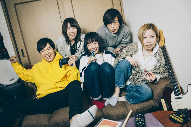 L→R カズマ・タケイ(Dr)、中村郁香(Key)、もっさ(Vo&Gu)、朝日(Gu)、藤田(Ba)