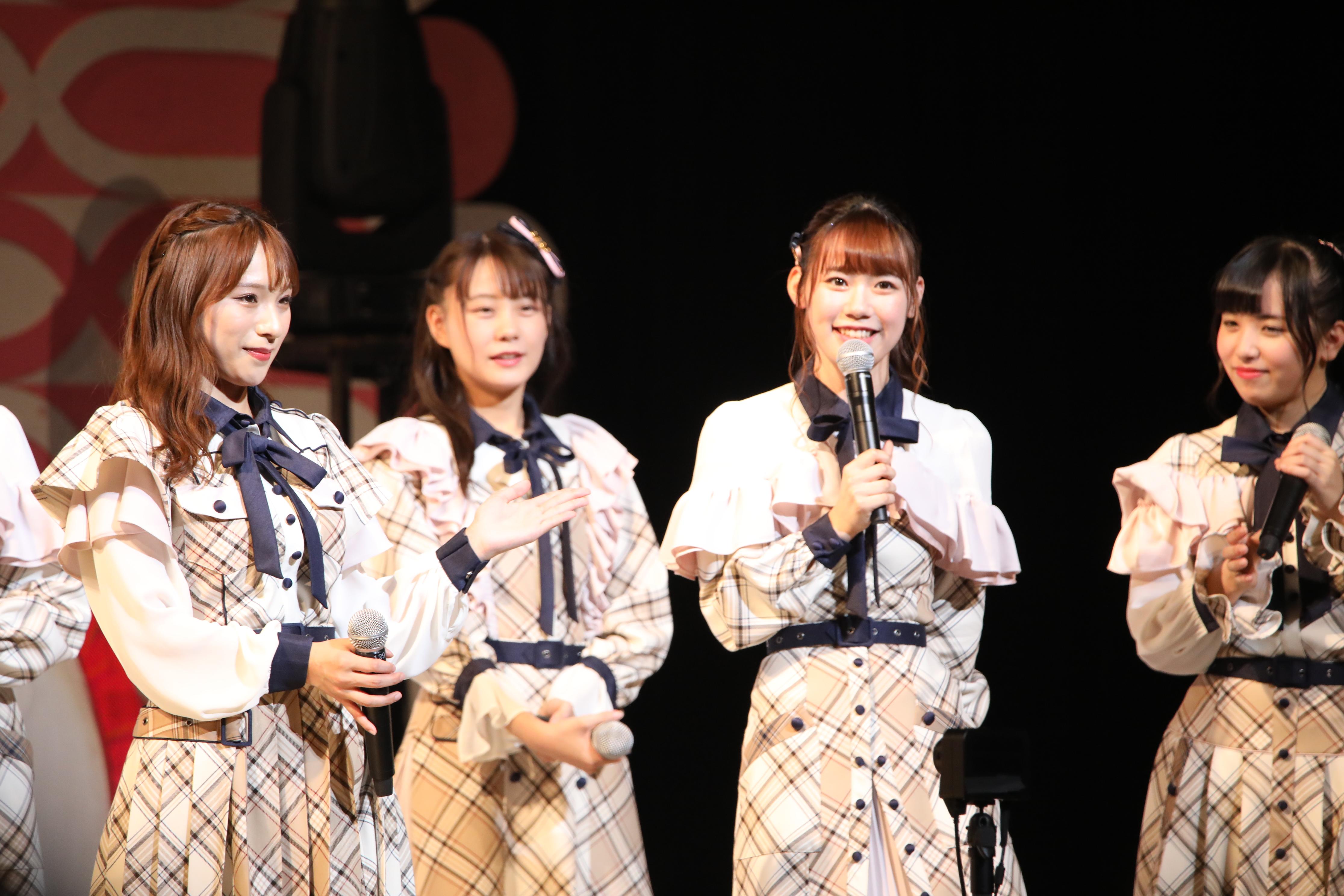 服部有菜(右から2番目)