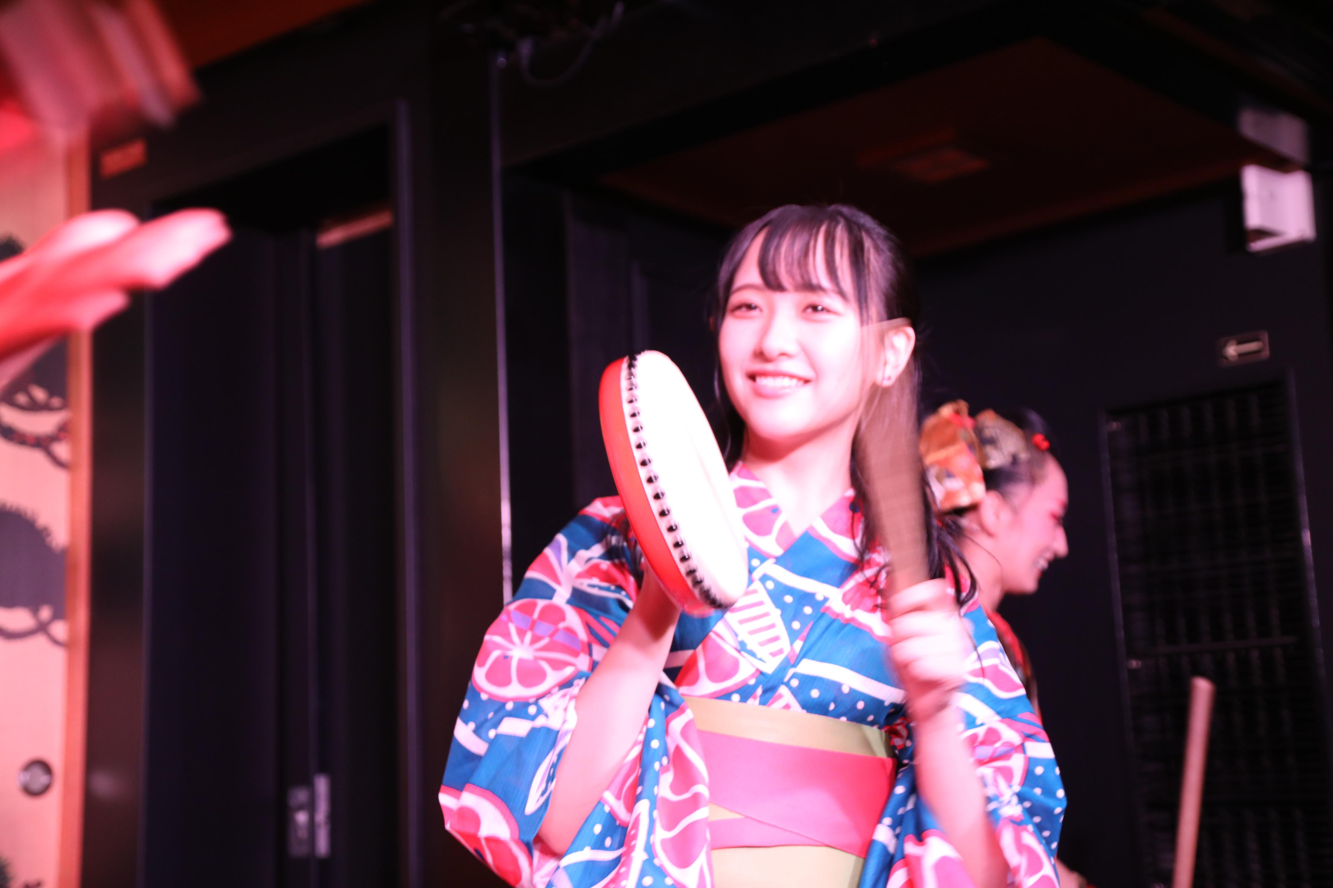 WAGAKUメンバーと一緒にパフォーマンスを披露する石田千穂
