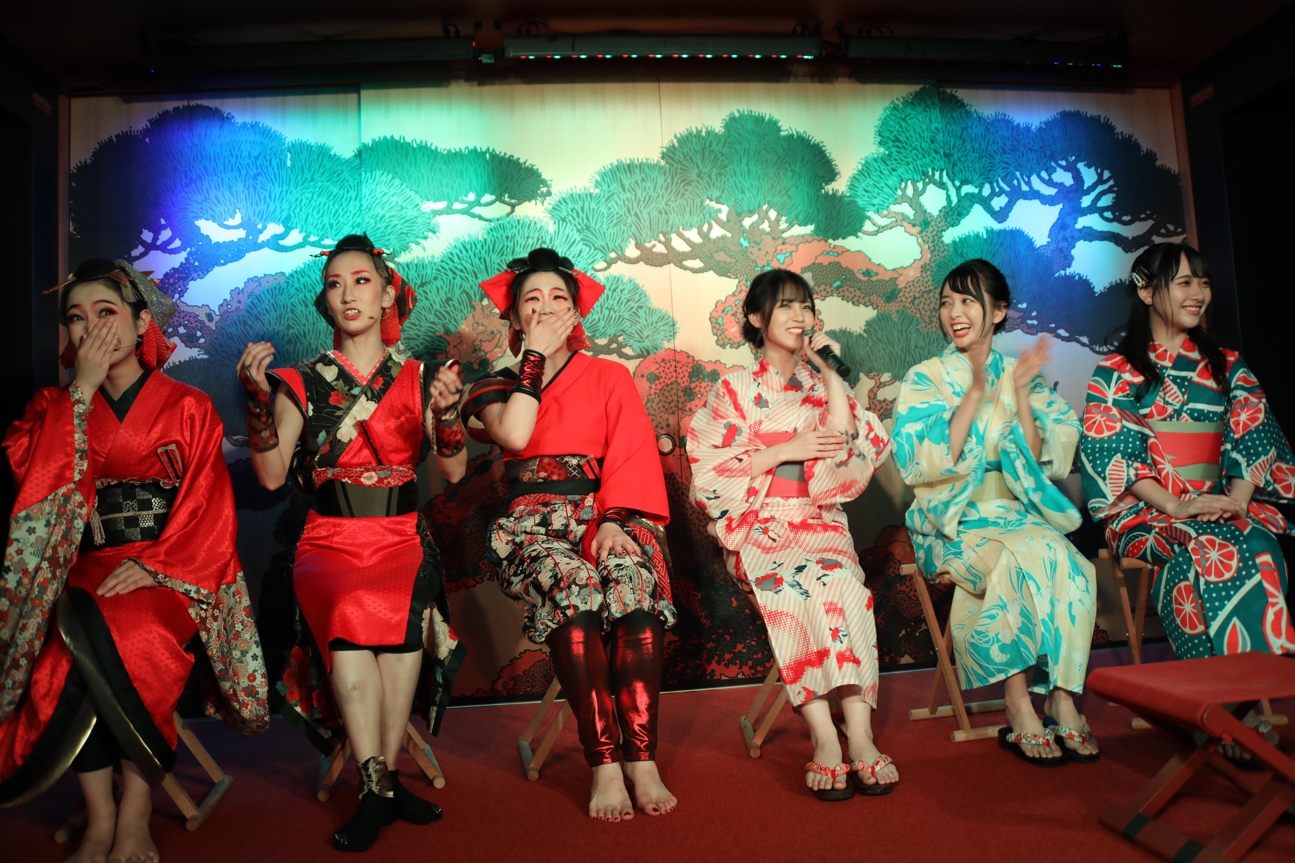 WAGAKUのメンバーとステージでトークを展開する岩田陽菜・石田みなみ・石田千穂