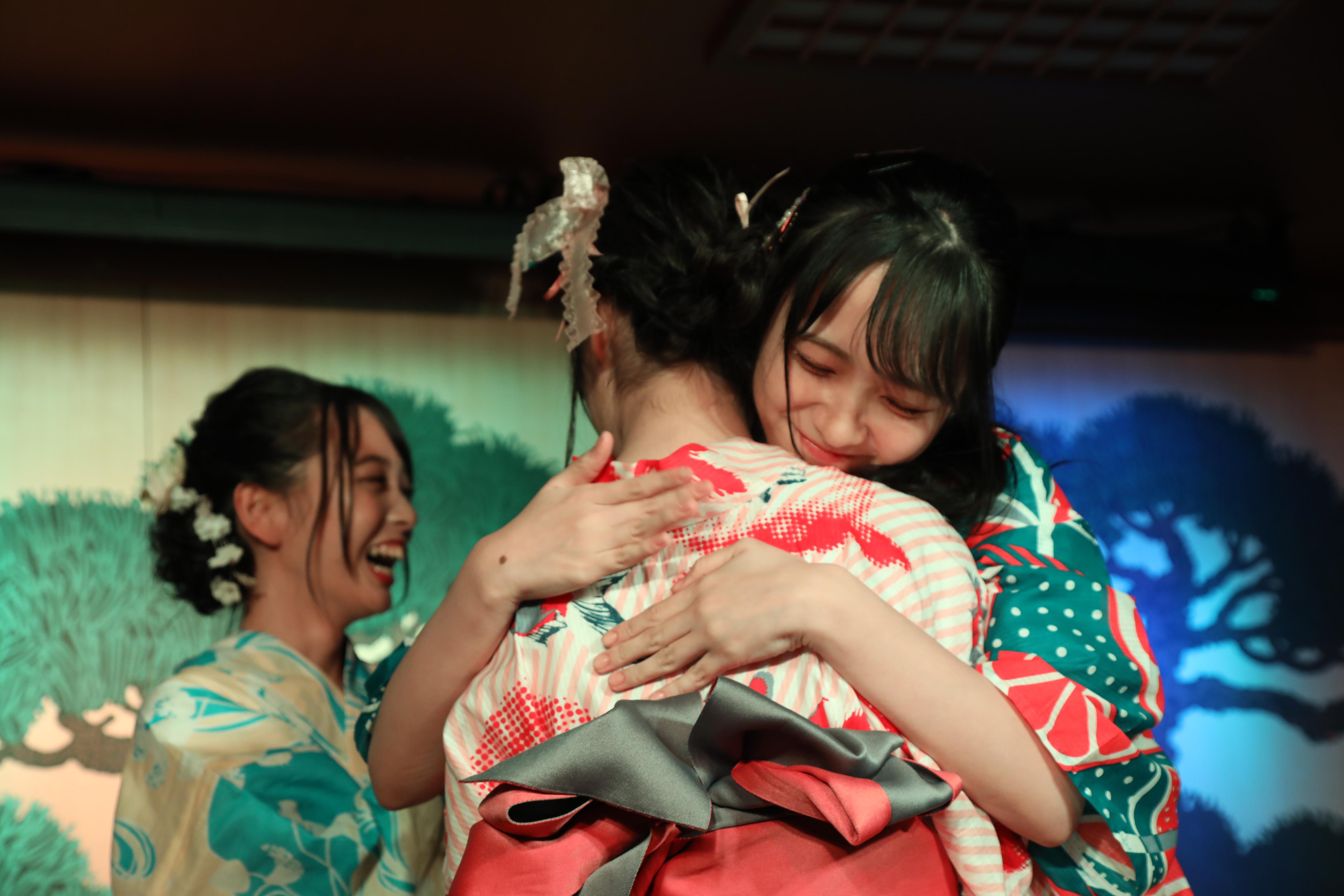 岡山ツアーのメンバーに選ばれずに抱き合う岩田陽菜と石田千穂