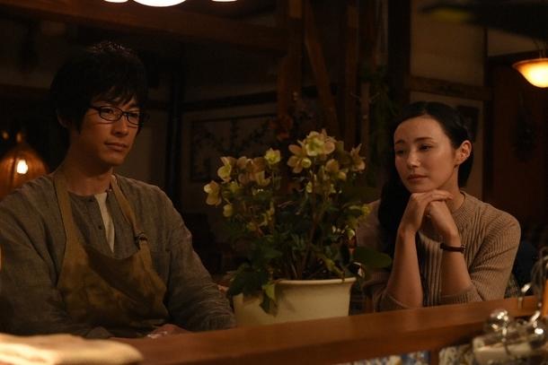 二人きりになった黒沢(ディーン・フジオカ)と春子(ミムラ) (c)TBS