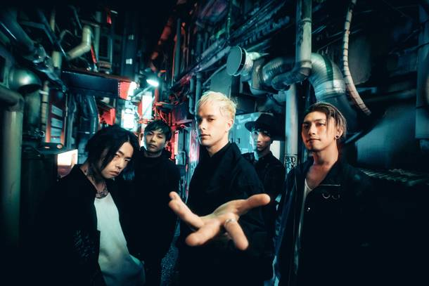 L→R Katsuma (Dr)、Sugi(Gu&Cho)、Masato(Vo)、RxYxO(Ba&Cho)、Y.K.C(Gu)