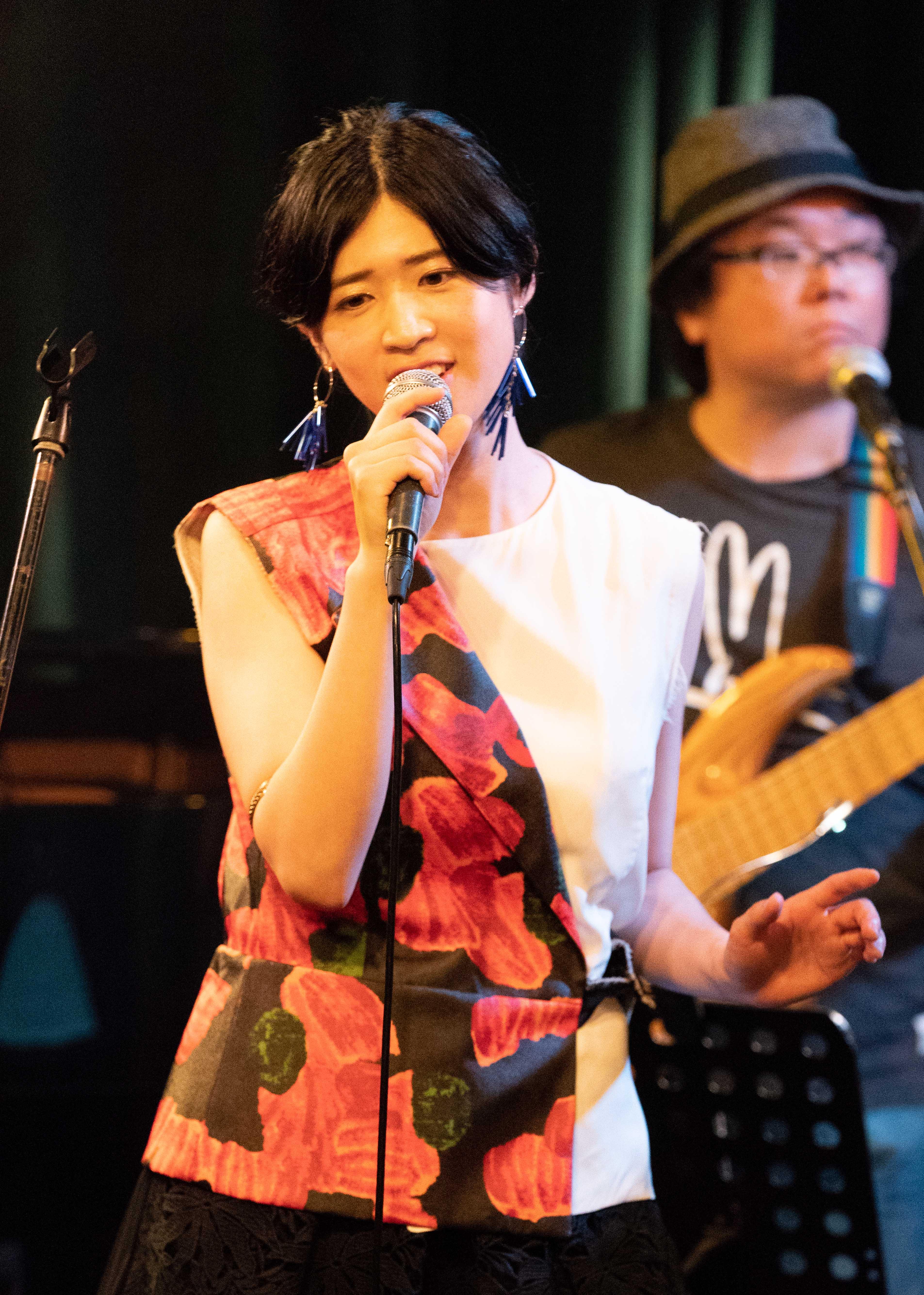 伊藤美裕、1stアルバム発売記念ライブで全16曲を熱唱