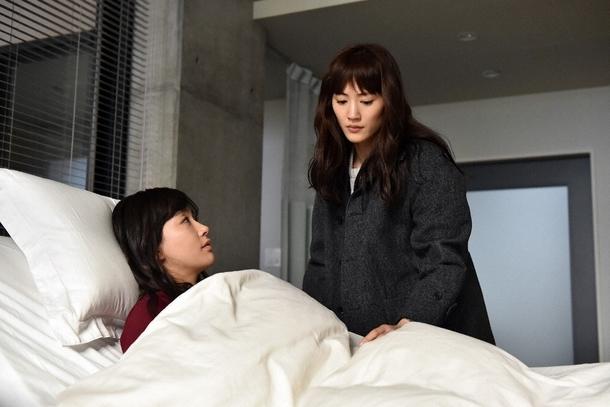 病院のベッドに横たわる美和(水川あさみ)と恭子(綾瀬はるか) (c)TBS