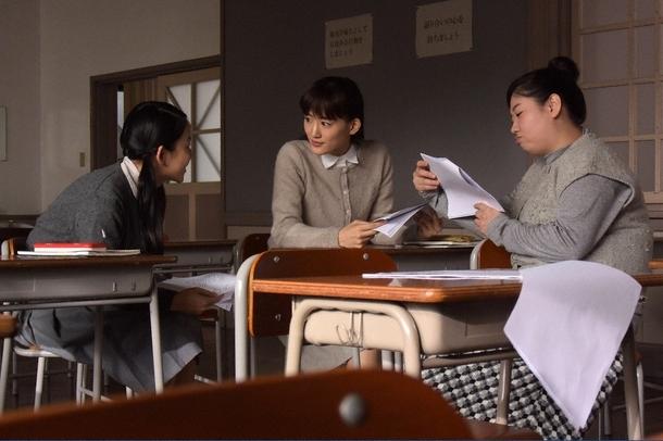 はな(左・大西礼芳)に一緒のコテージに誘われ、恭子(中央・綾瀬はるか)は悩む(右・馬場園梓) (c)TBS