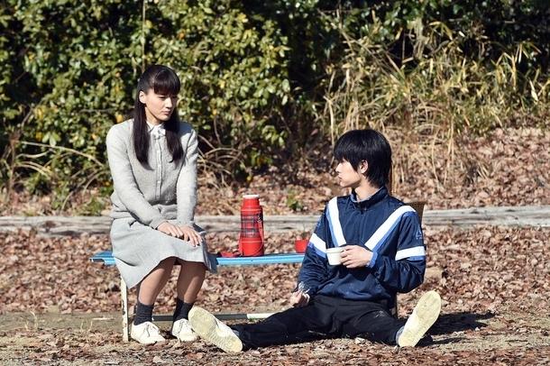 友彦(右・三浦春馬)にどこのコテージにするか尋ねる恭子(左・綾瀬はるか) (c)TBS