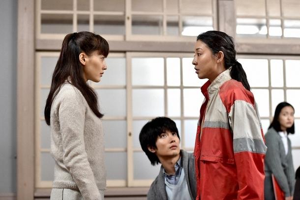 龍子(右・伊藤歩)からショッキングな話を聞かされた恭子(左・綾瀬はるか) (c)TBS