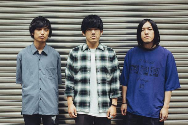 L→R 十九川宗裕(Ba)、平部雅洋(Vo&Gu)、前田将司(Dr)