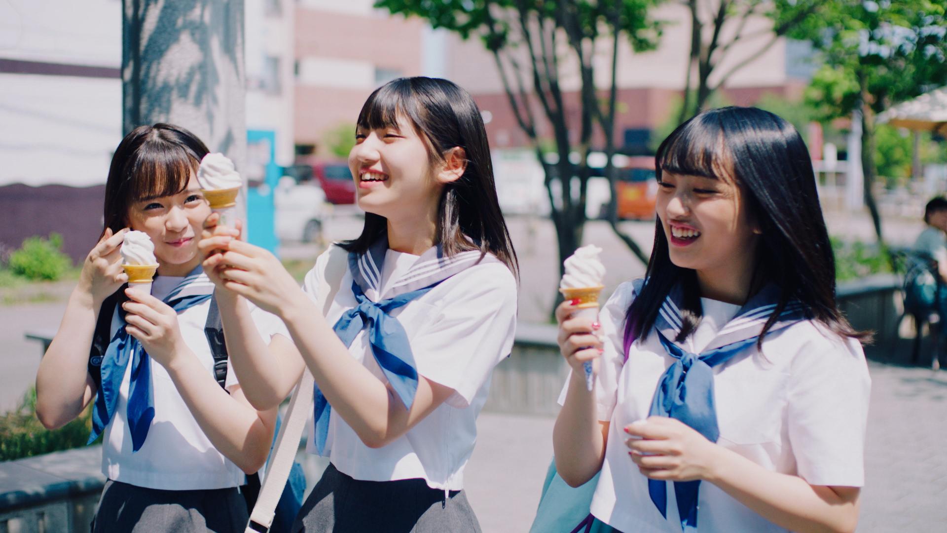 倉野尾成美(左)村山彩希(中央)向井地美音(右)