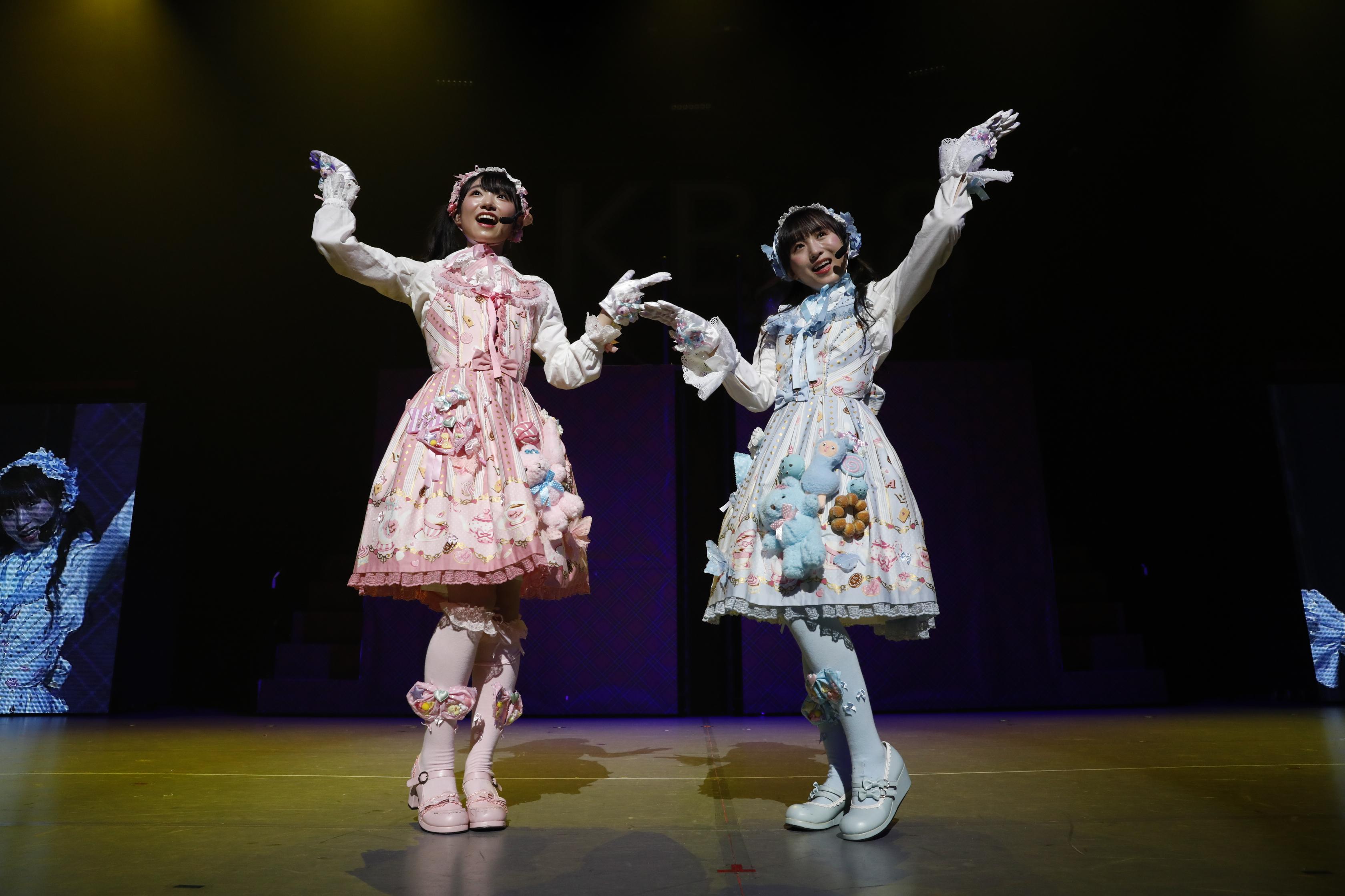 山内瑞葵と坂口渚沙 (C) AKS