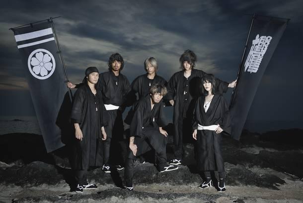 写真左より時計回り、LF(Ba)、MUTSUMI(Accordion)、TOSHI(Dr)、MASAYA(Gu)、suzuyo(A.Sax,T.Whistle)、KAT$UO(Vo)