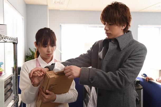 会社でミチコ(深田恭子)は最上(三浦翔平)との関係に嫉妬される (c)TBS