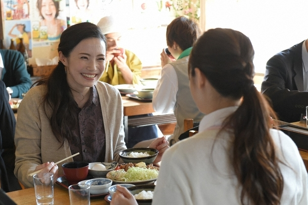 ミチコ(深田恭子・手前)は黒沢の想い人・春子(ミムラ・奥)と意気投合してランチに (c)TBS