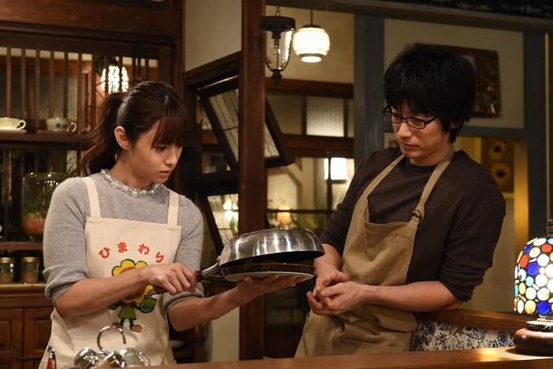 バレンタインに最上に手料を振る舞うため、ミチコ(深田恭子・左)は黒沢(ディーン・フジオカ・右)に意を決してオムライスを習う (c)TBS