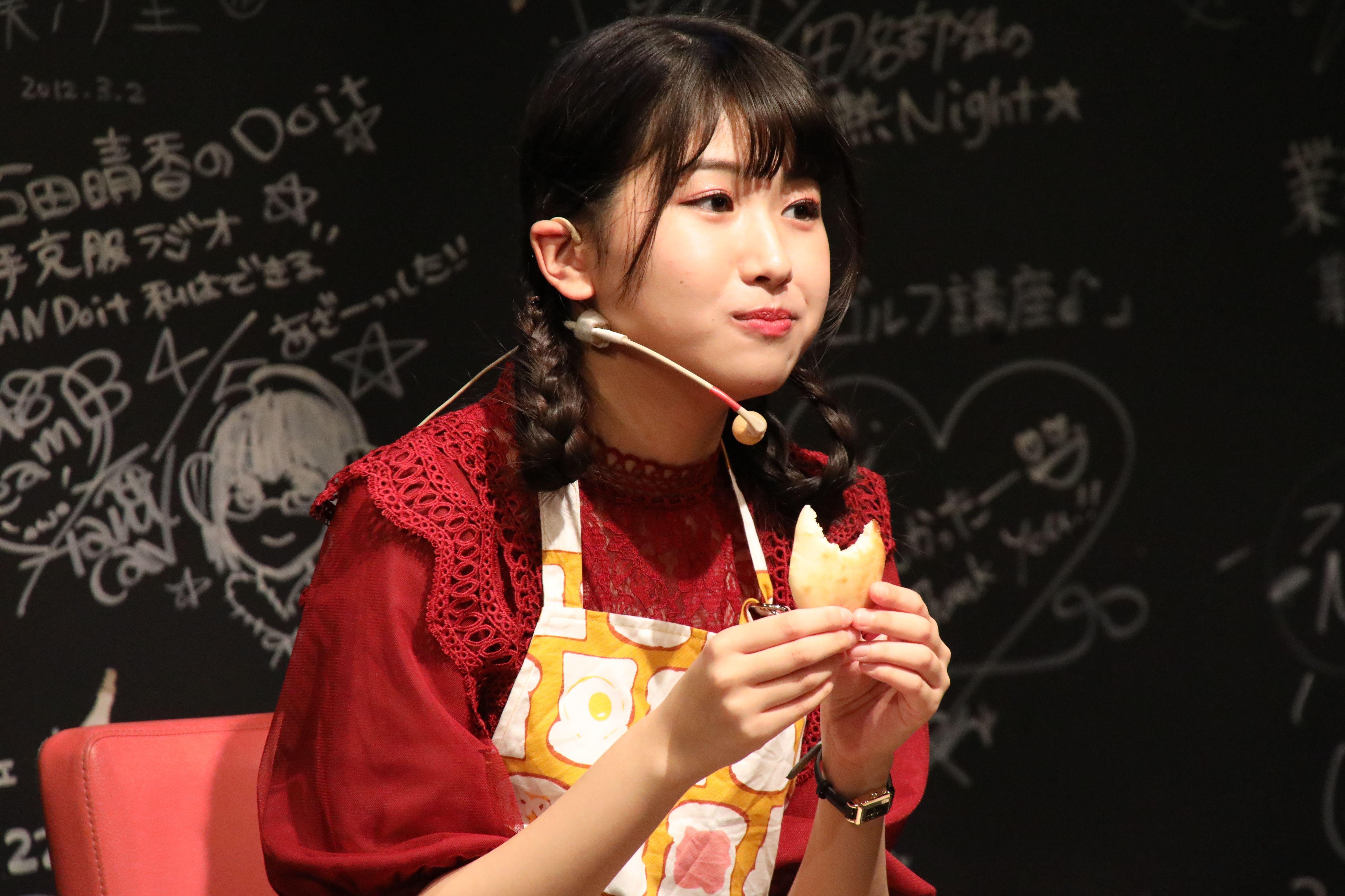 自身が作ったナンを食べながらファンと談笑する高橋彩香