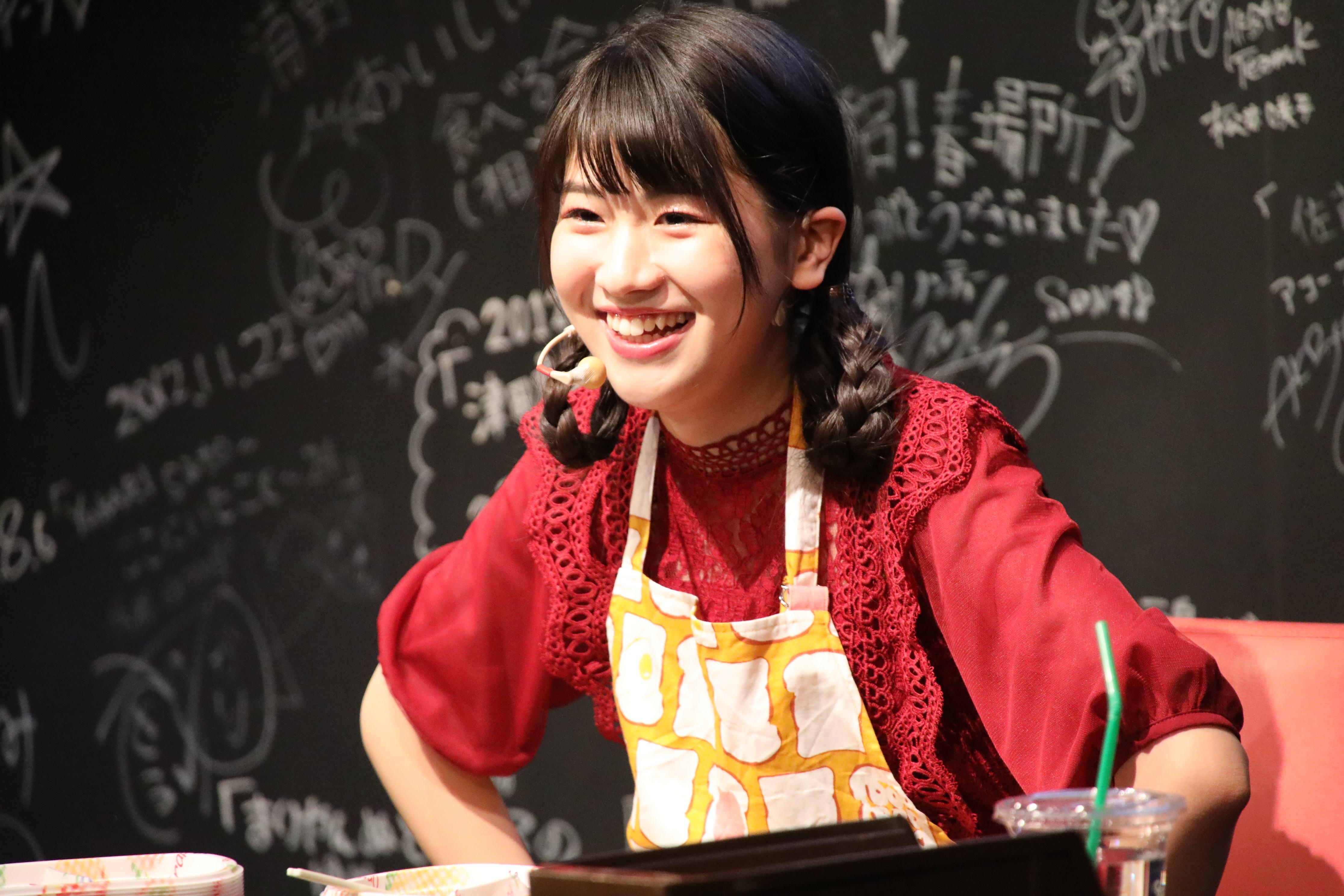 自身が作ったキーマカレーを食べながらファンと談笑する高橋彩香