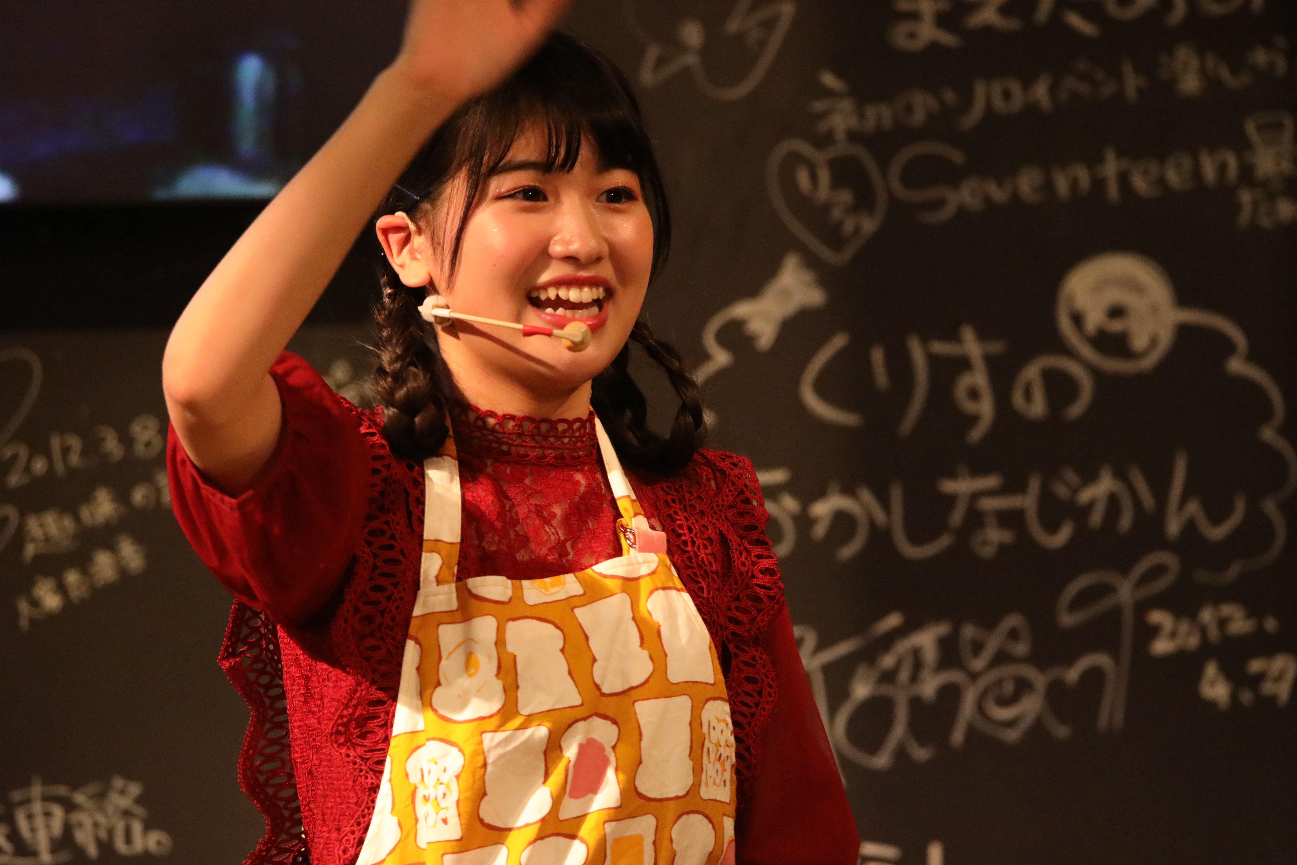 ファンにお別れの挨拶をして手を振る高橋彩香