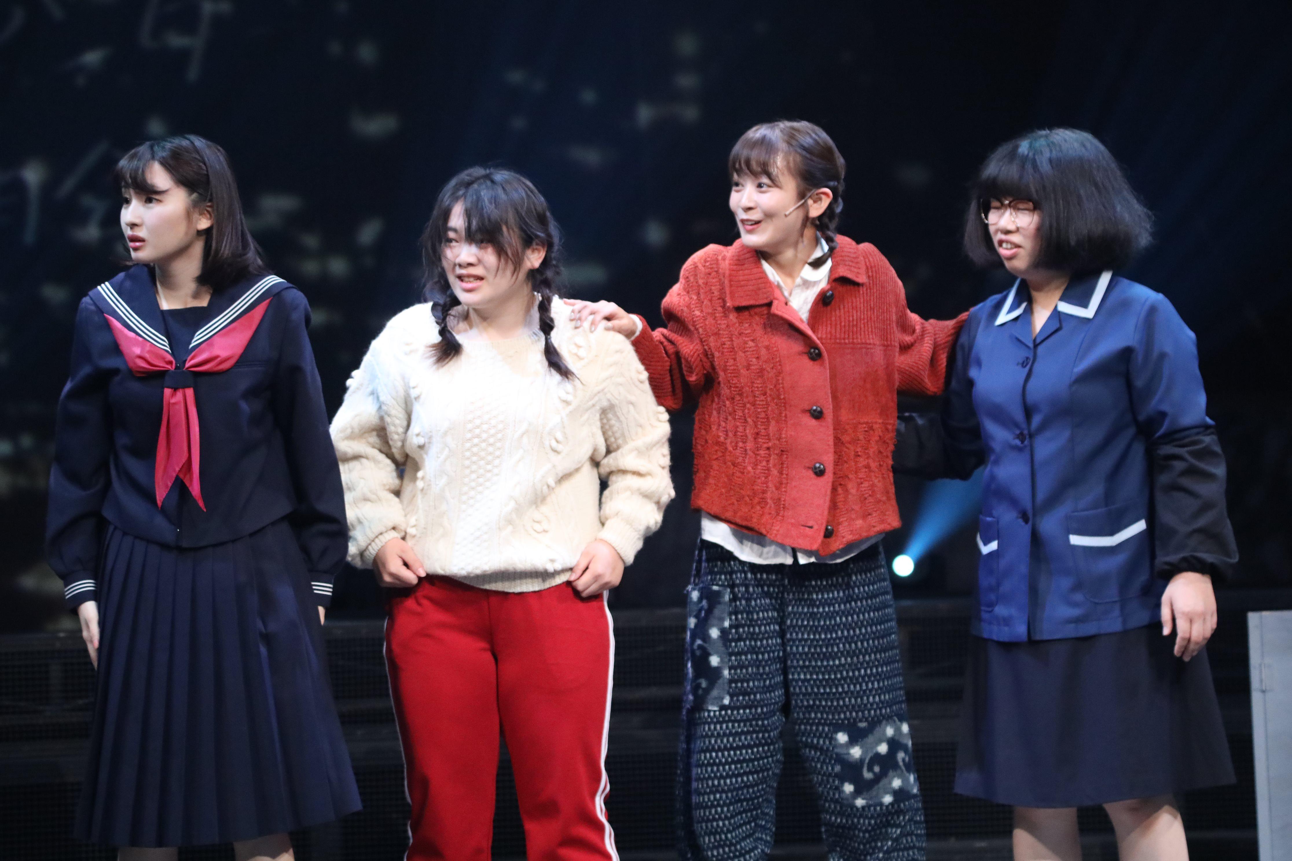 舞台「フラガール」で早苗を演じる太田奈緒(右から2人目)