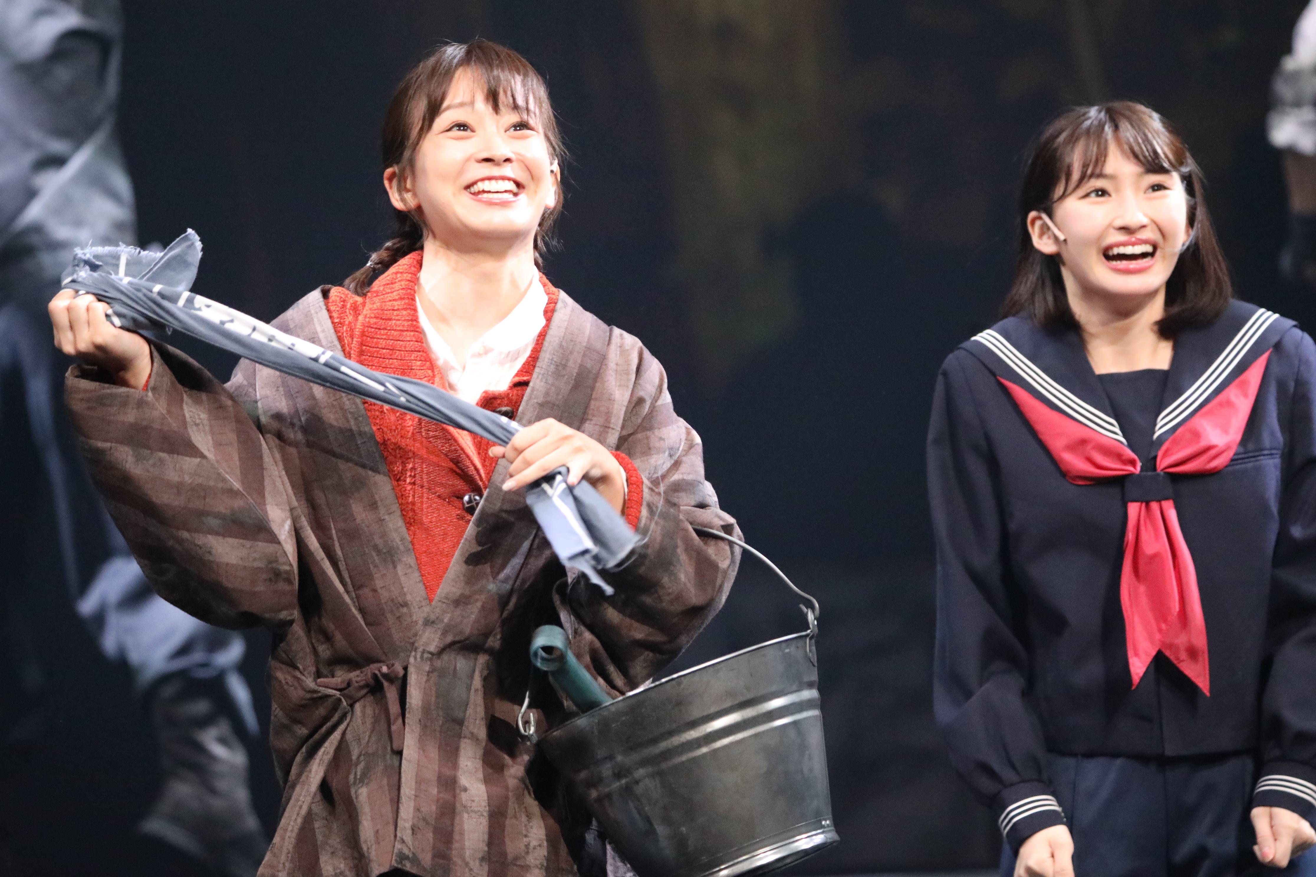 舞台「フラガール」で早苗を演じる太田奈緒(左)