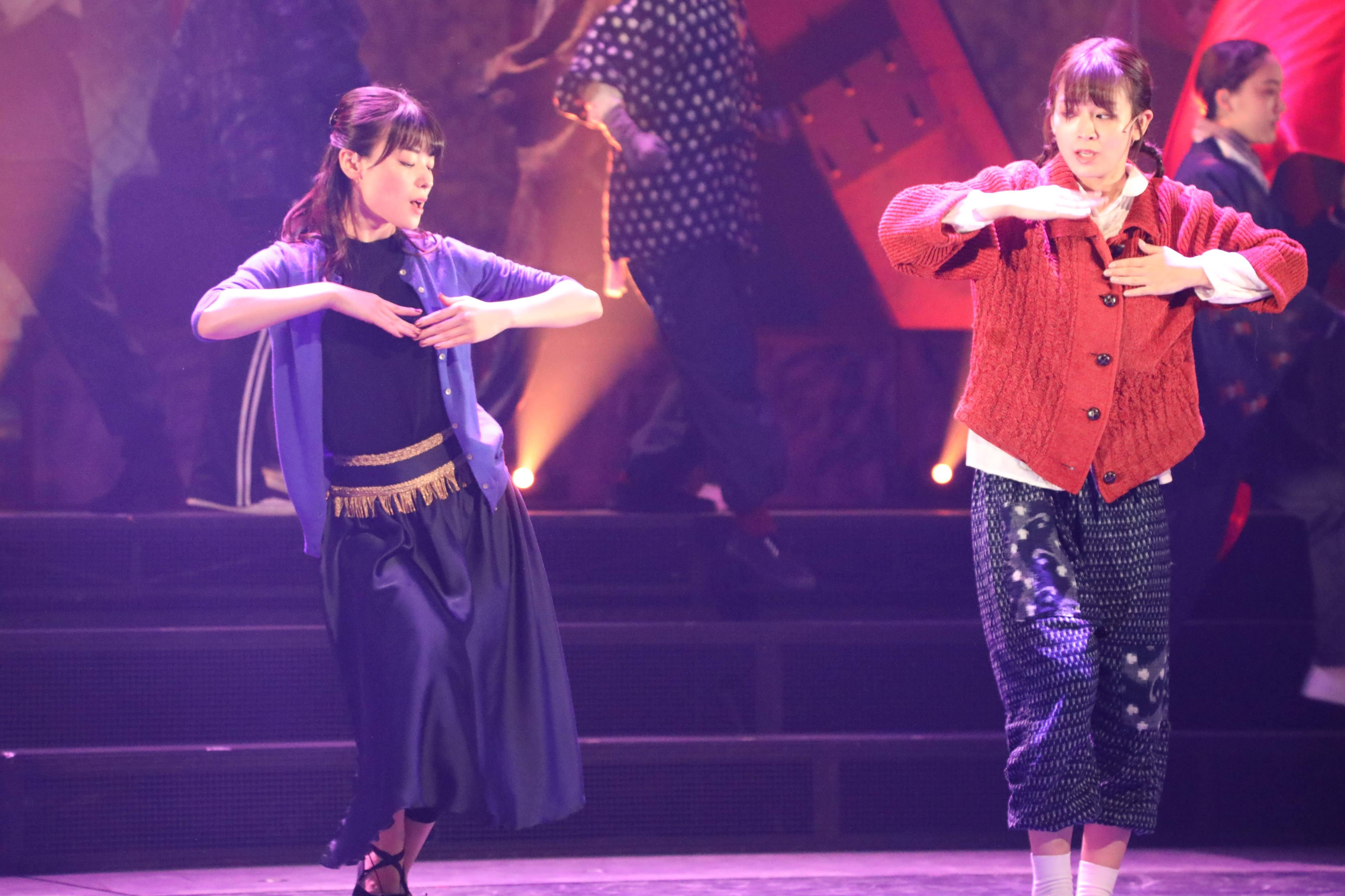 舞台「フラガール」で早苗を演じる太田奈緒(右):フランダンス稽古シーン