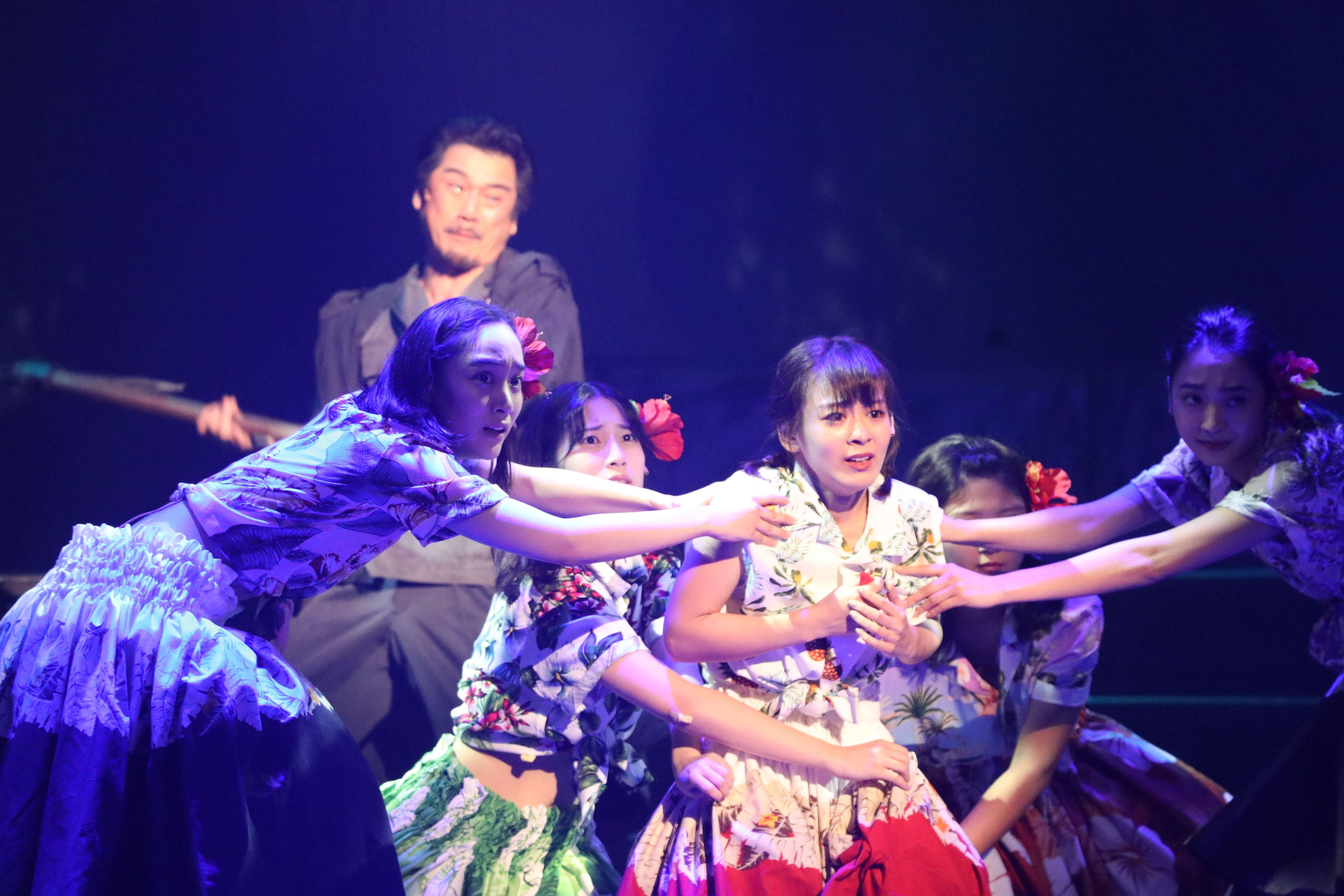 舞台「フラガール」で早苗を演じる太田奈緒(中央)