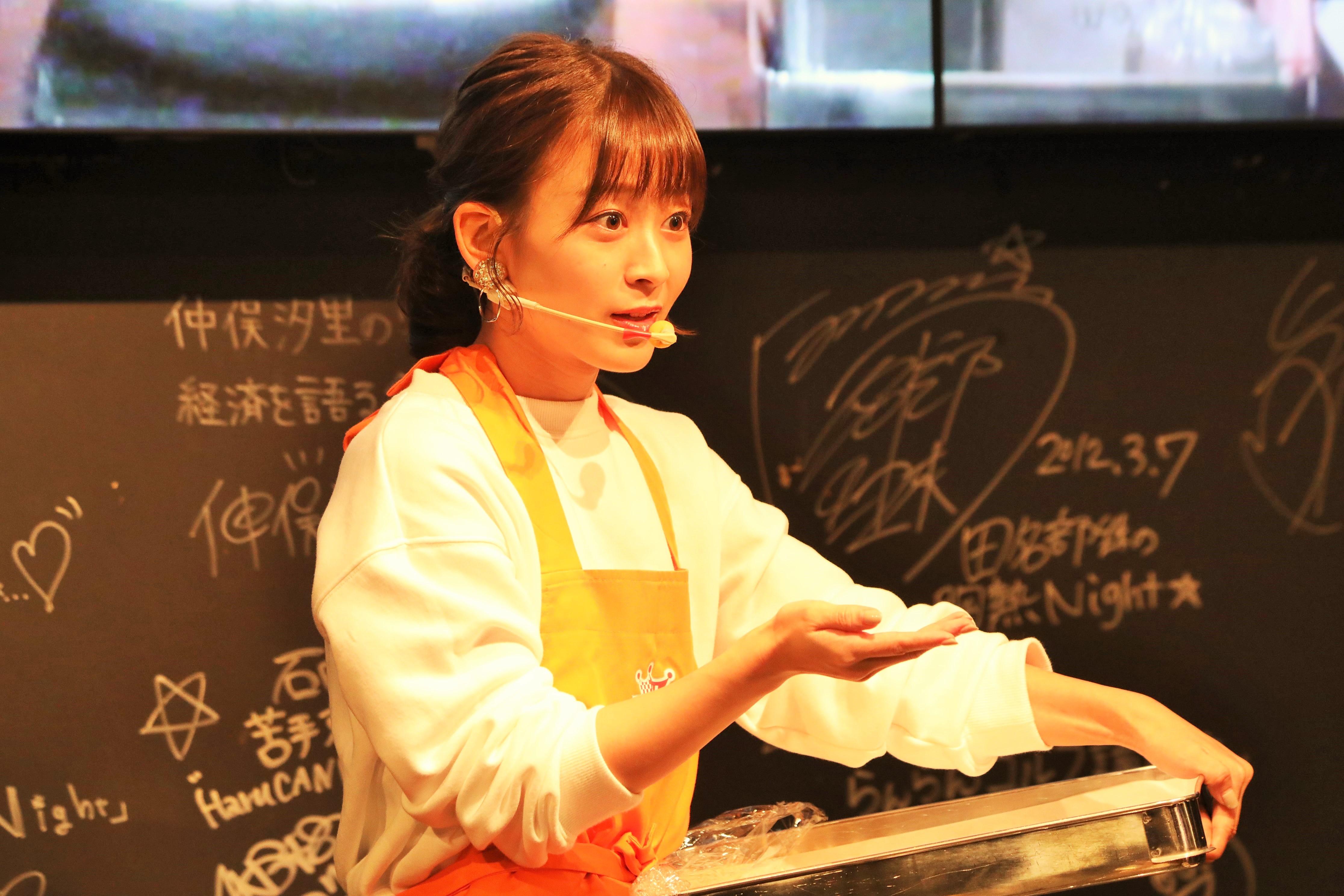 餃子作りを披露しながらファンとトークする太田奈緒