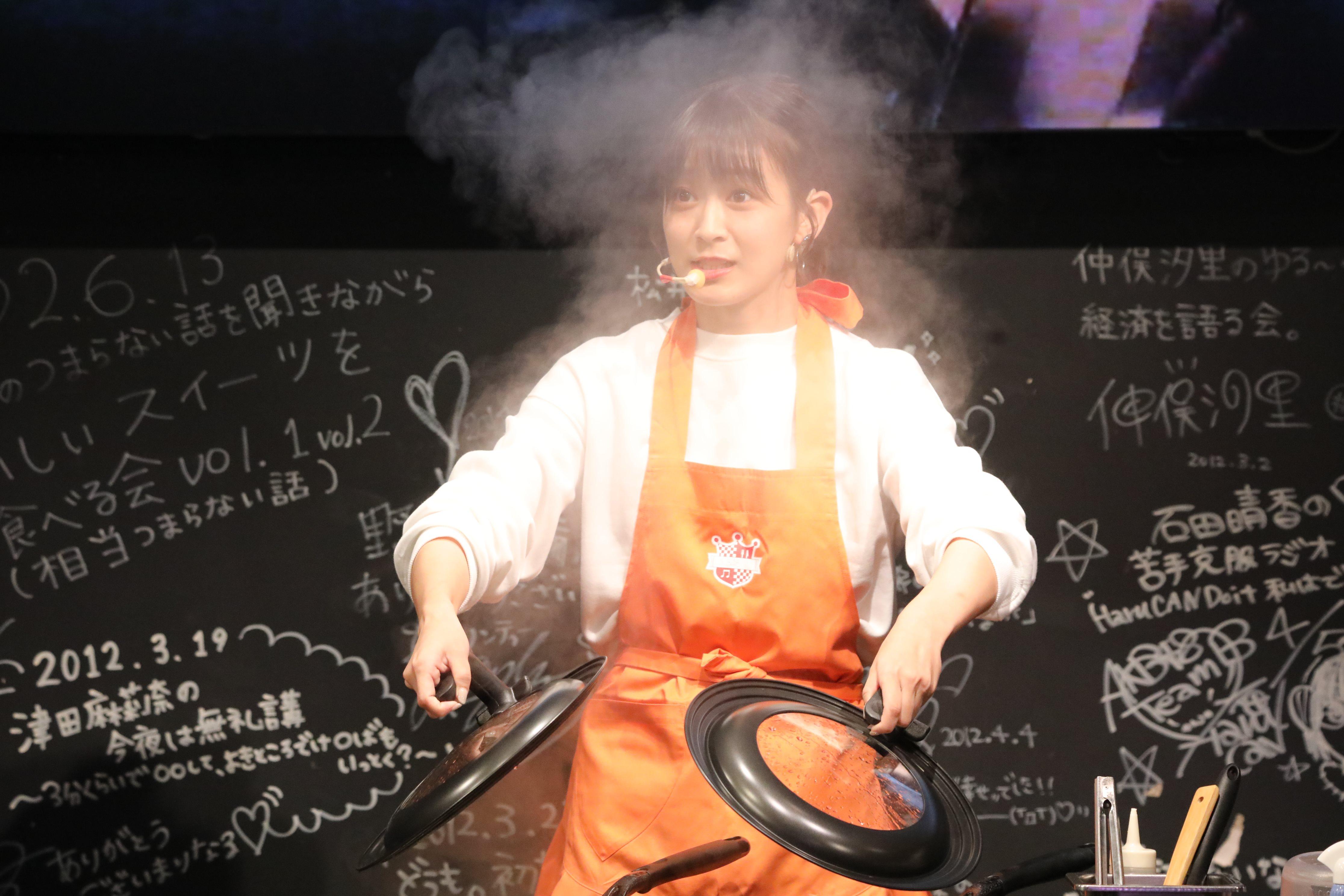 餃子作りを披露する太田奈緒