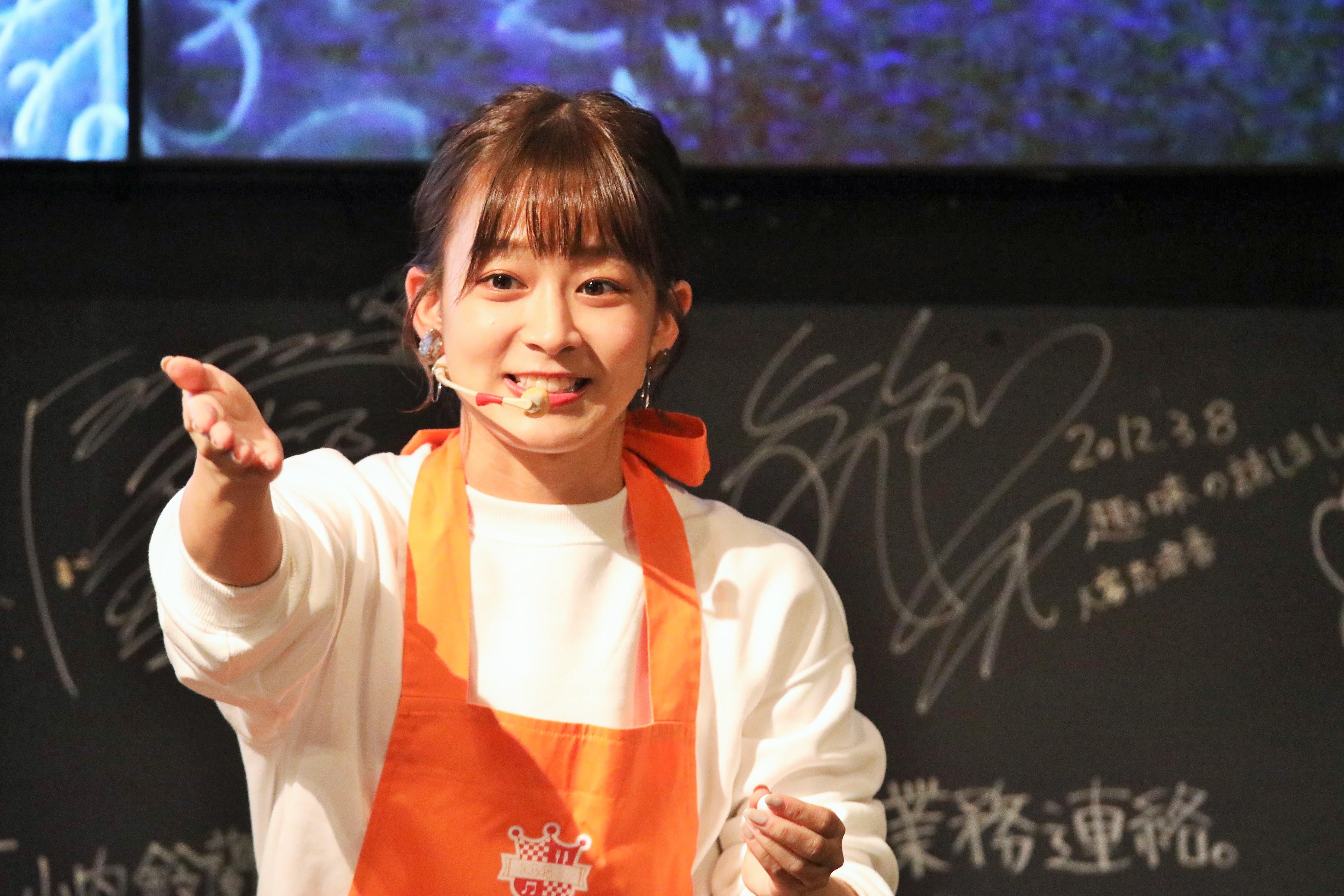 ビンゴで当たったファンに話しかける太田奈緒
