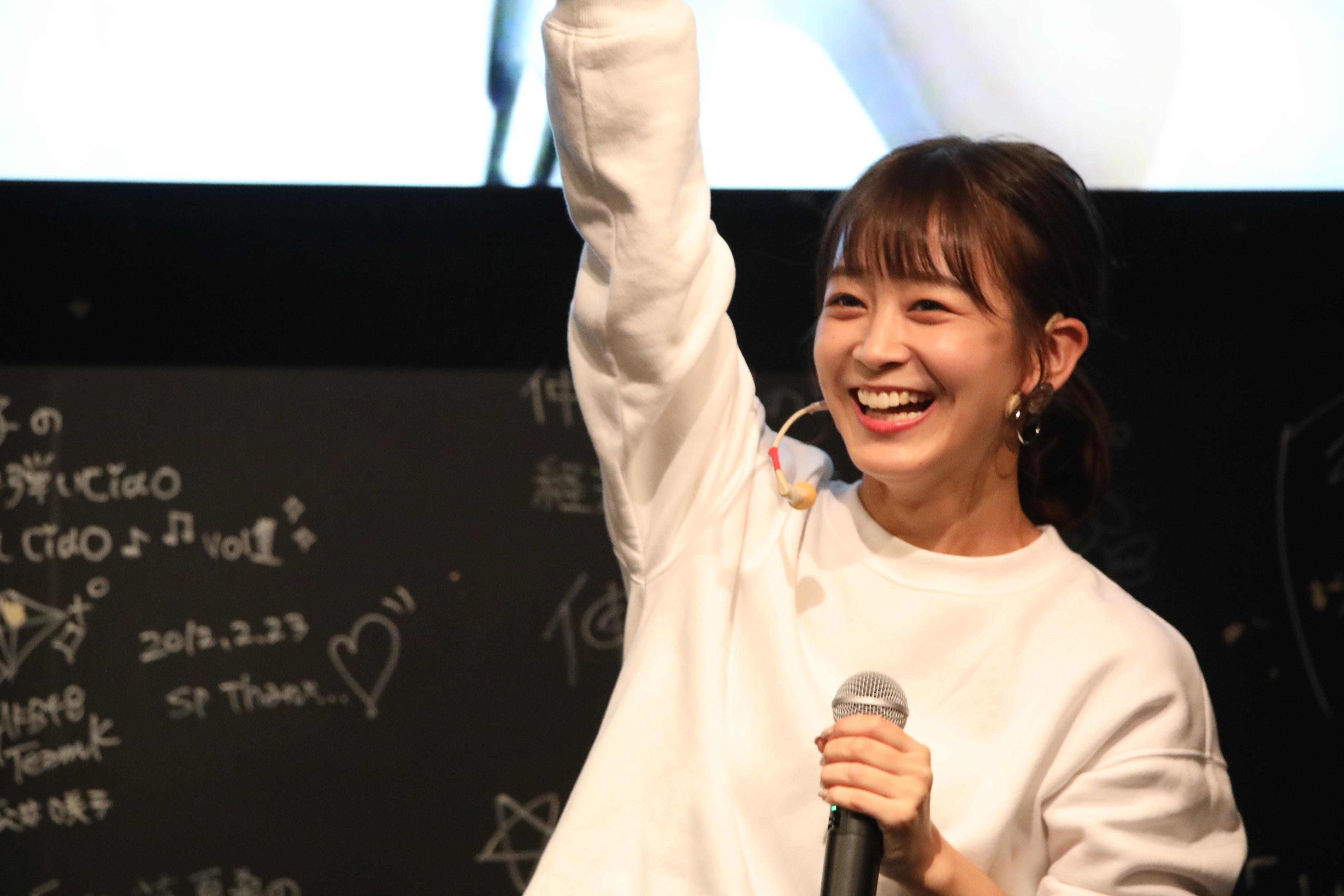 ミニライブを披露する太田奈緒