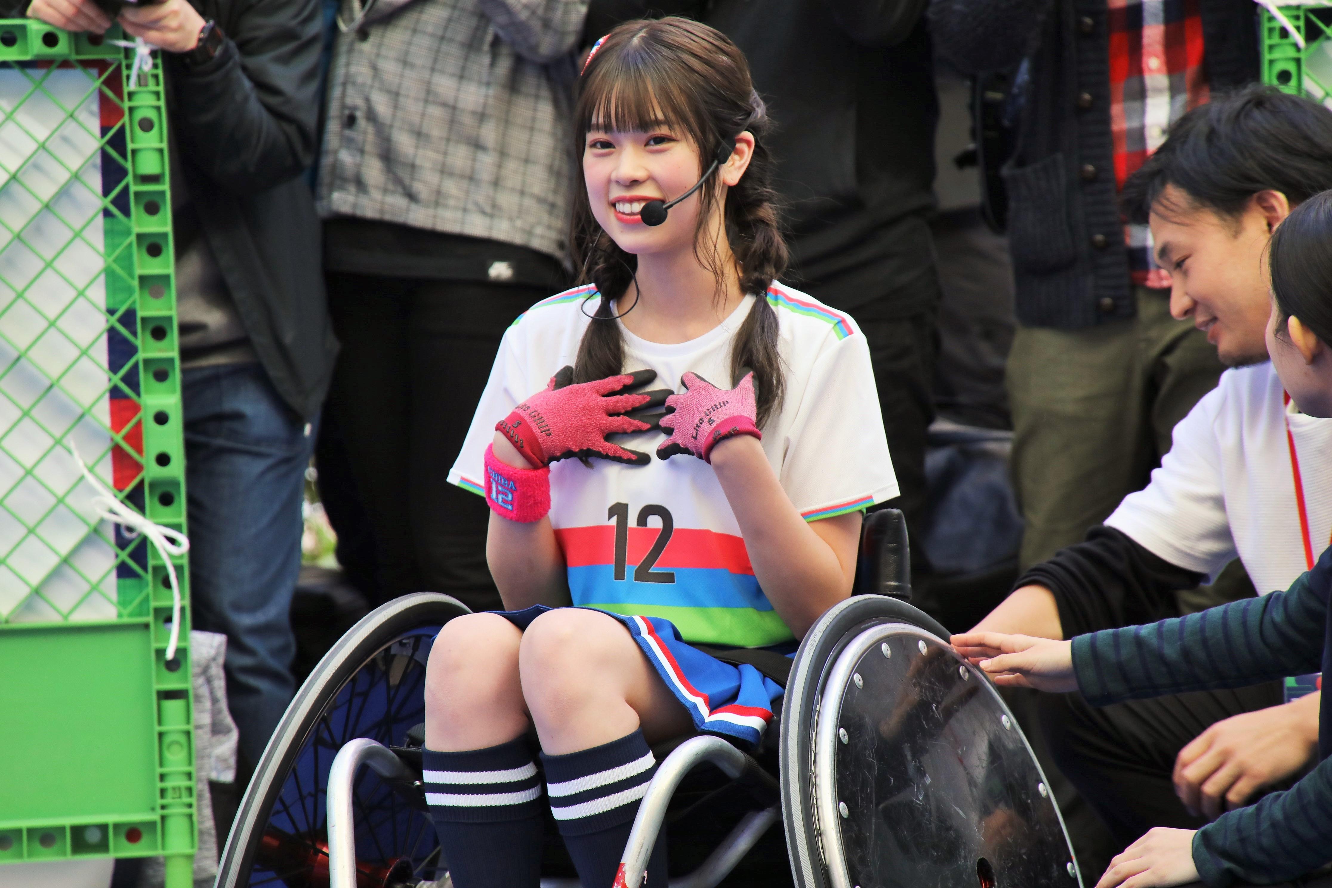 車いすラグビーを体験する吉川七瀬「3Dな感じで迫って来た!まだドキドキしています、身長が・・あ!心臓が!凄い迫力があります!」