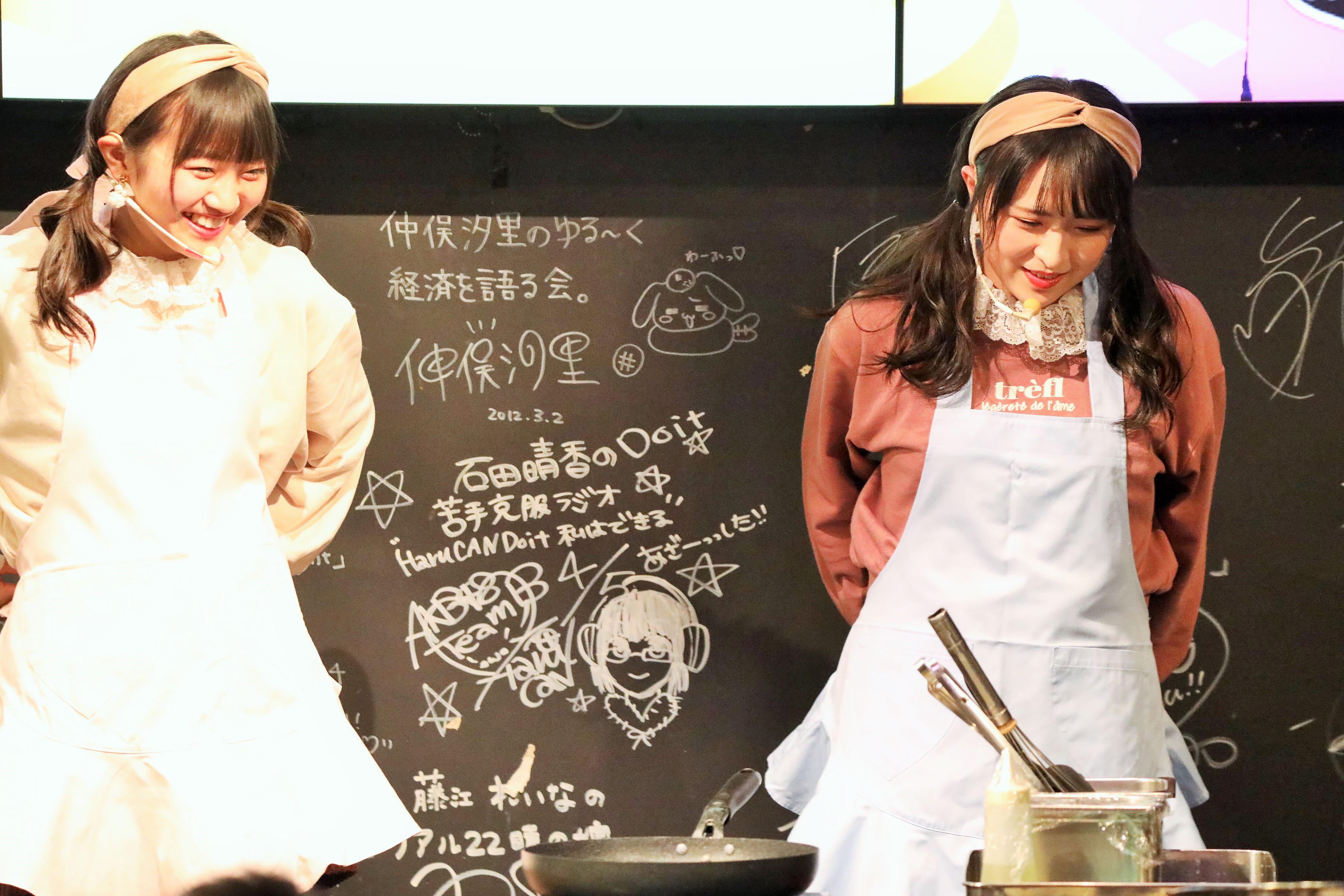 パンケーキ作りのためにエプロンを着用する川本と稲垣