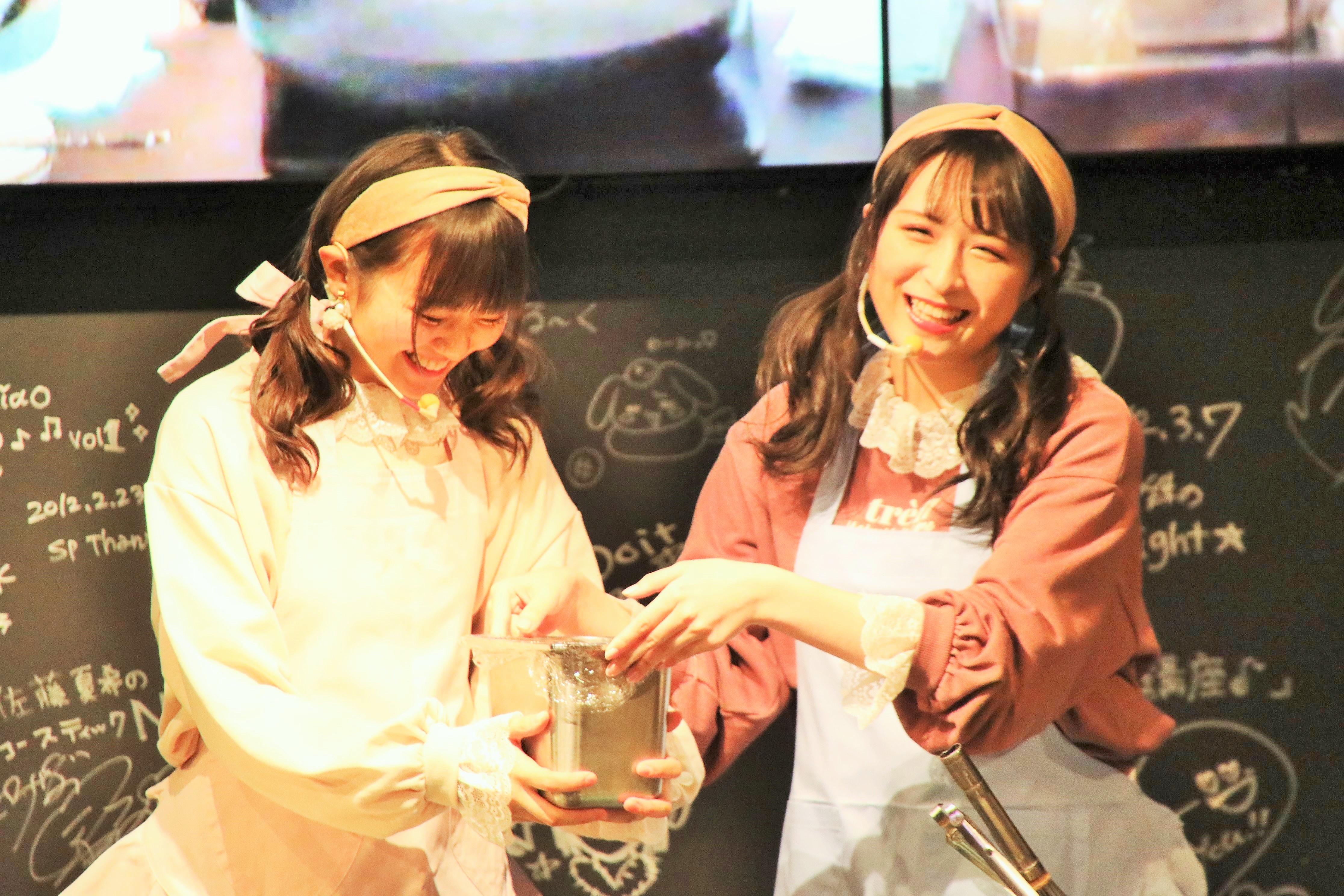 パンケーキ作りに奮闘する川本と稲垣