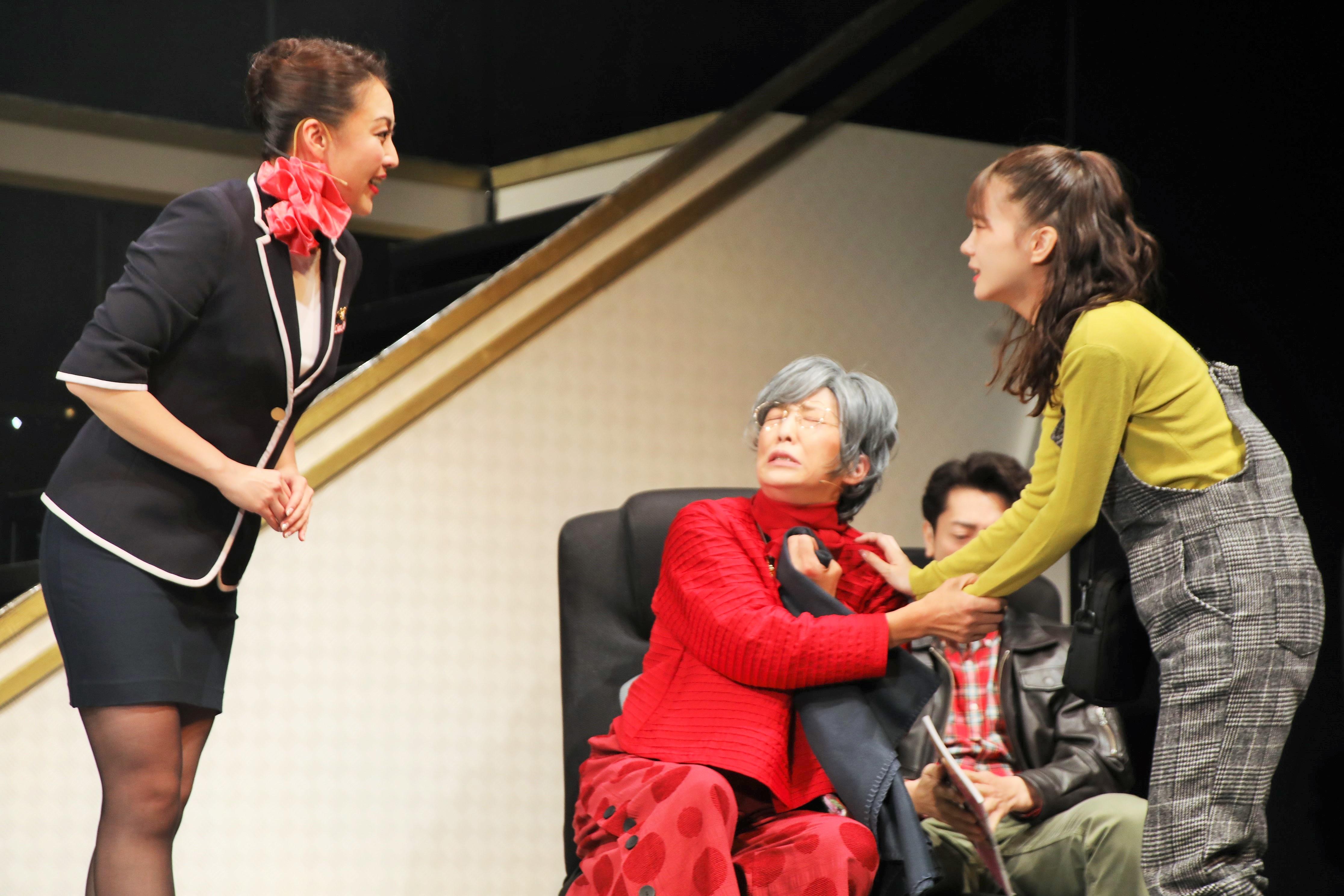 吉村さくらを演じる立仙愛理(右)