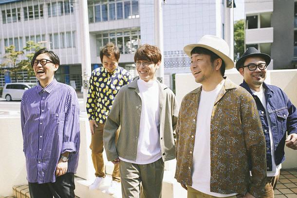 L→R 張替智広(Dr)、後藤秀人(Gu)、伊藤俊吾(Vo&Gu&Kye)、佐々木 良(Cho&Gu)、白井雄介(Ba)