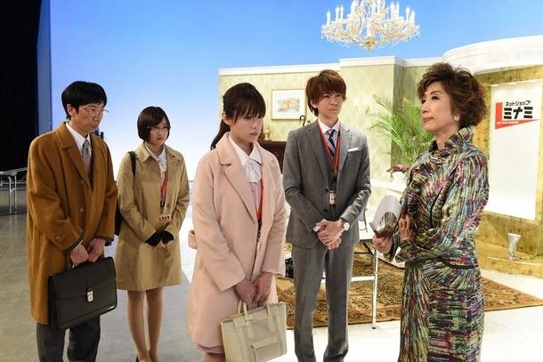 最上(三浦翔平・右2)の大ピンチに奮闘するミチコ(深田恭子・中央) (c)TBS