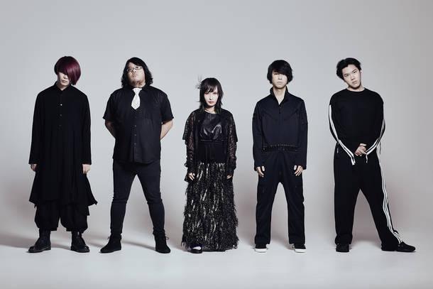 L→R 渋江アサヒ(Ba)、渡辺壮亮(Gu)、チャム(.△)(Vo)、菅野悠太(Gu)、青山拓心(Dr)