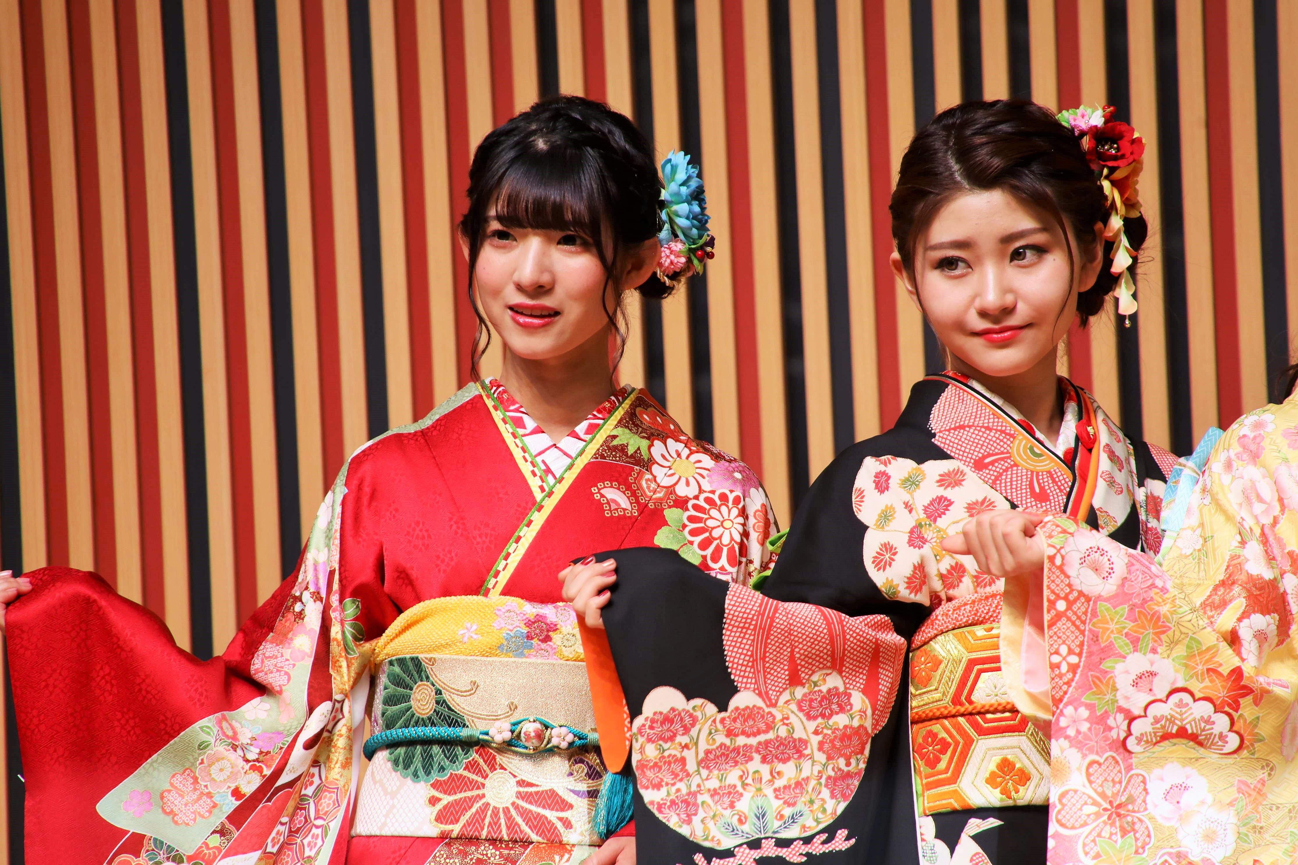 蒲地志奈(左)