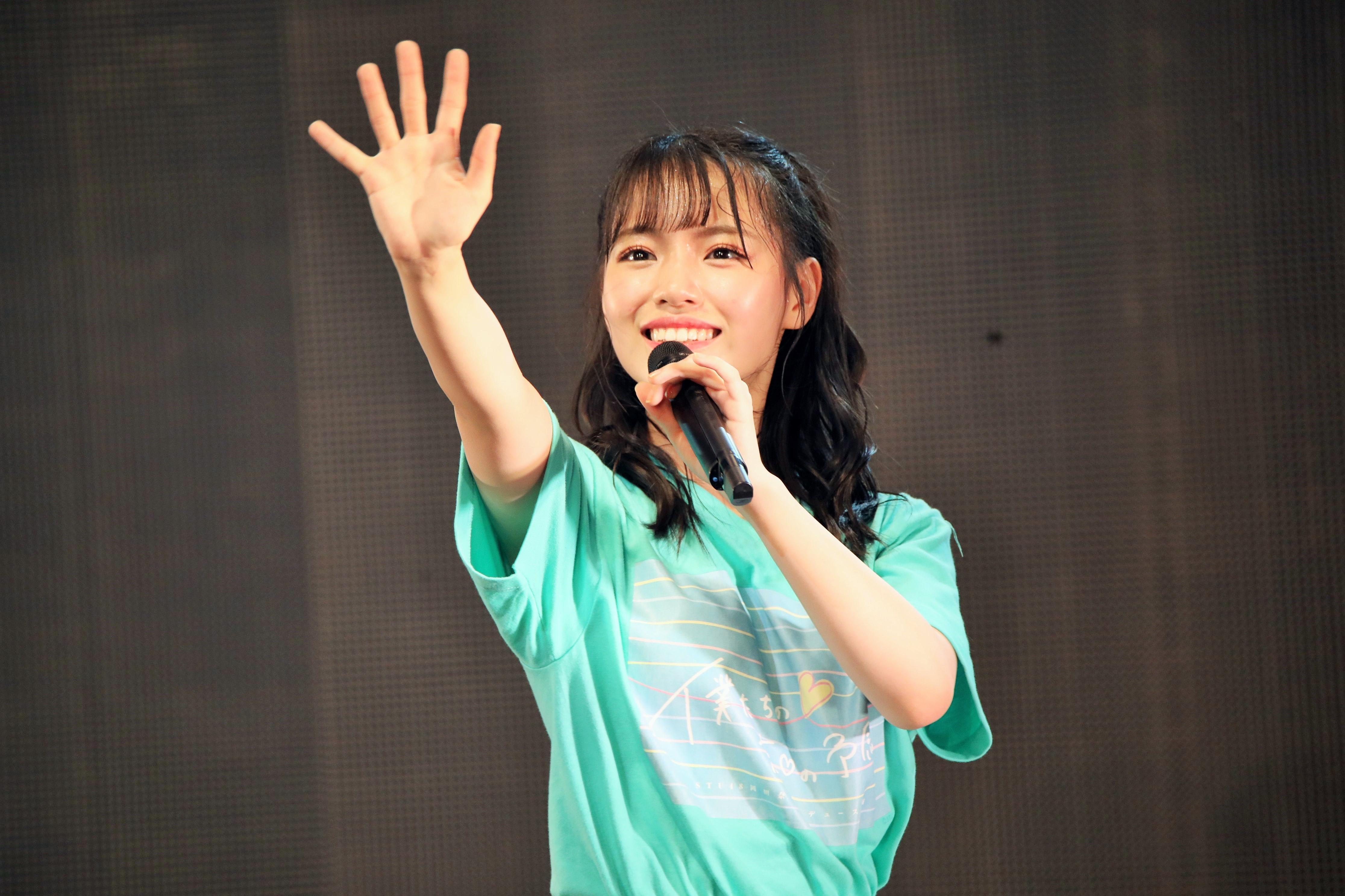 ファンに手を振るSTU48岩田陽菜
