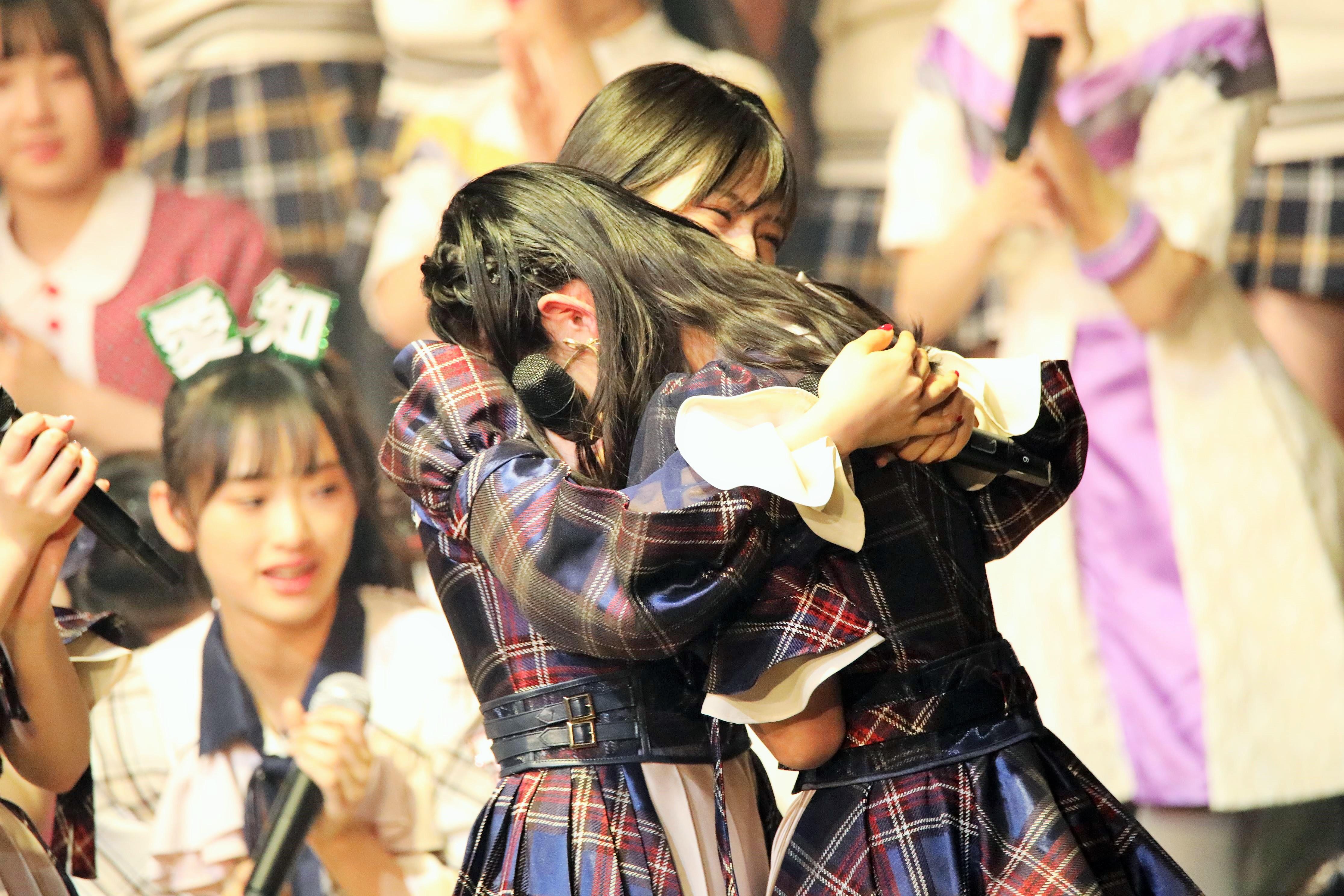 ステージで村山彩希と固く抱擁する山内瑞葵