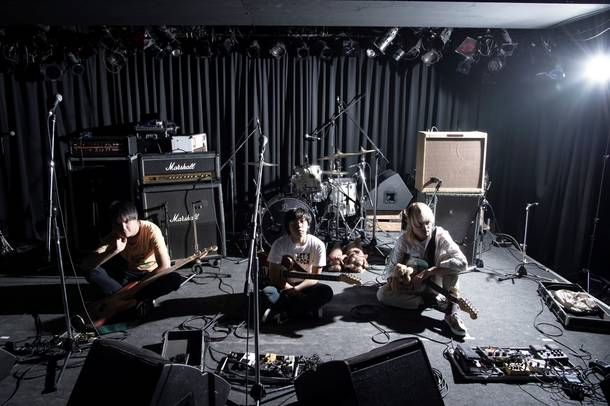 L→R とだげんいちろう(Ba&Cho)、大武茜一郎(Vo&Gu)、カニユウヤ(Gu)