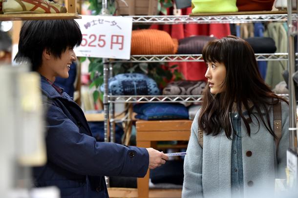 友彦(三浦春馬・右)と恭子(綾瀬はるか・右)は訪れた古着屋で偶然なくしたCDと同じもの発見する (c)TBS