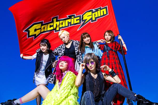 写真左上より時計回りに、yuri(Dr)、オレオレオナ(Key)、TOMO-ZO(Gu)、F チョッパー KOGA(Ba)、はな(Vo&Gu)、アンジェリーナ1/3(MC)