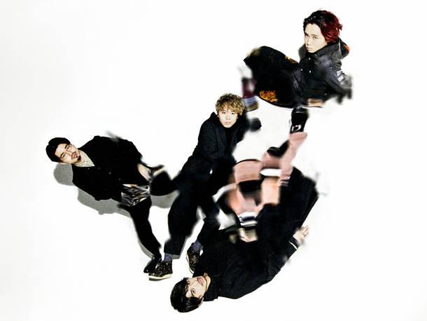 写真左上より時計回りに、ハマ・オカモト(Ba)、オカモトコウキ(Gu)、オカモトレイジ(Dr)、オカモトショウ(Vox)