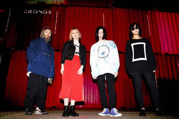 L→R AKAHIGE(Dr)、MJM(Vo&Gu)、†NANCY†(Syn&Ba&Vo)、NIKE(Gu)