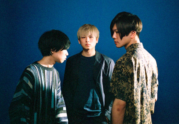L→R  もぐ(Dr&Cho)、陶山良太(Vo&Gu)、亀山敦史(Ba&Cho)