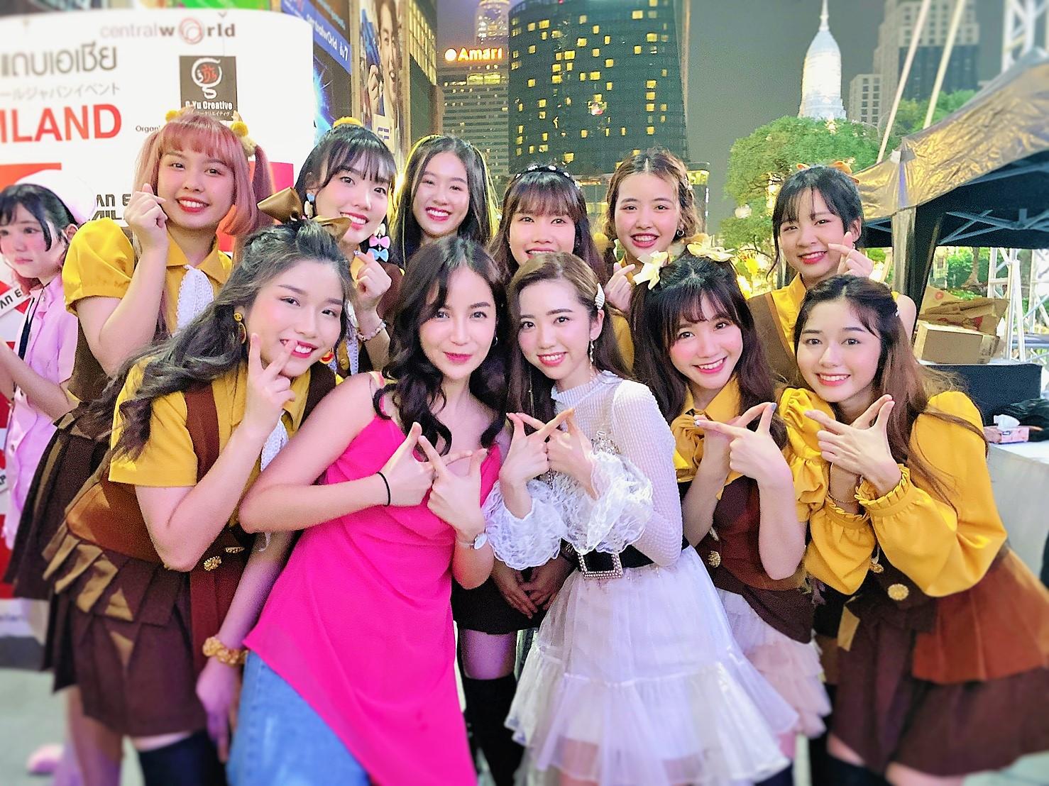 濵松里緒菜(前列右から3人目)とタイの人気ガールズグループ「The Glass Girls」(2020年1月のJAPAN EXPO THAILANDにて)