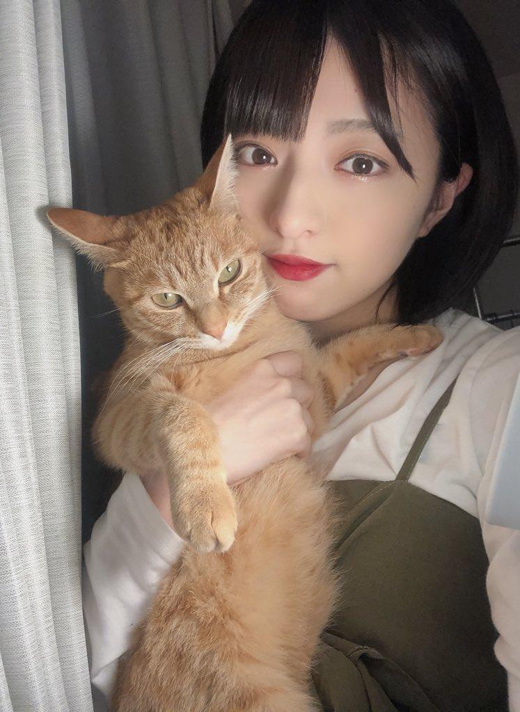 佐藤七海と愛猫(佐藤七海のSNSより)
